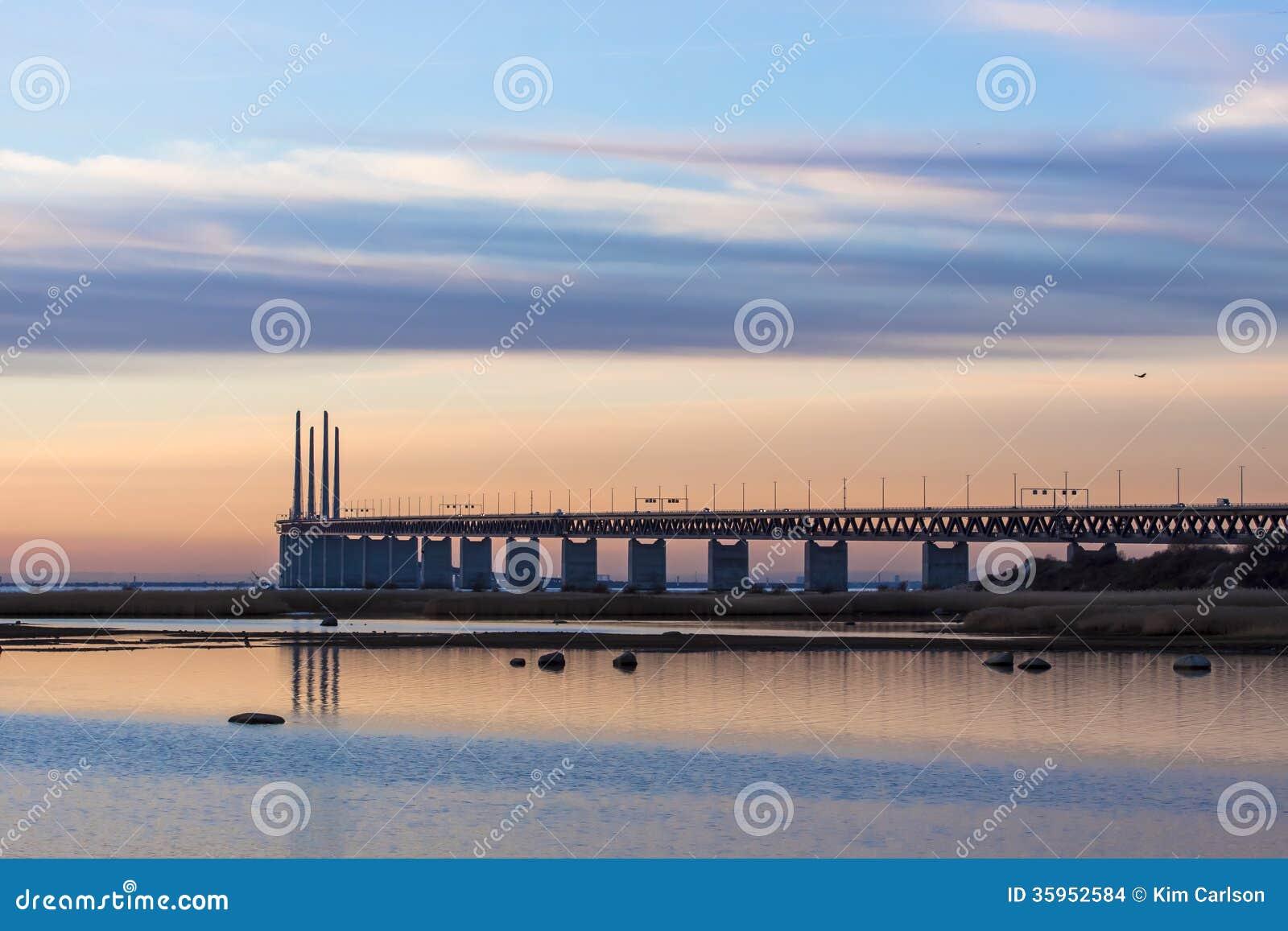 Puesta del sol del puente en diciembre
