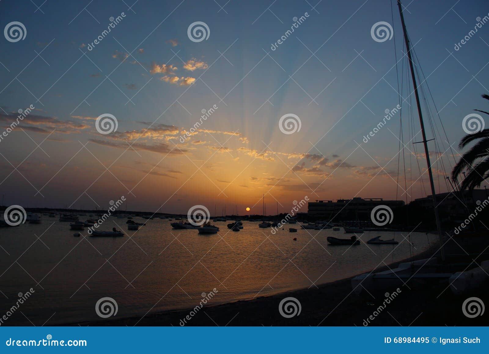Puesta del sol del verano de Mazing sobre el lago del DES Peix de Estany en Formentera, Balearic Island, España