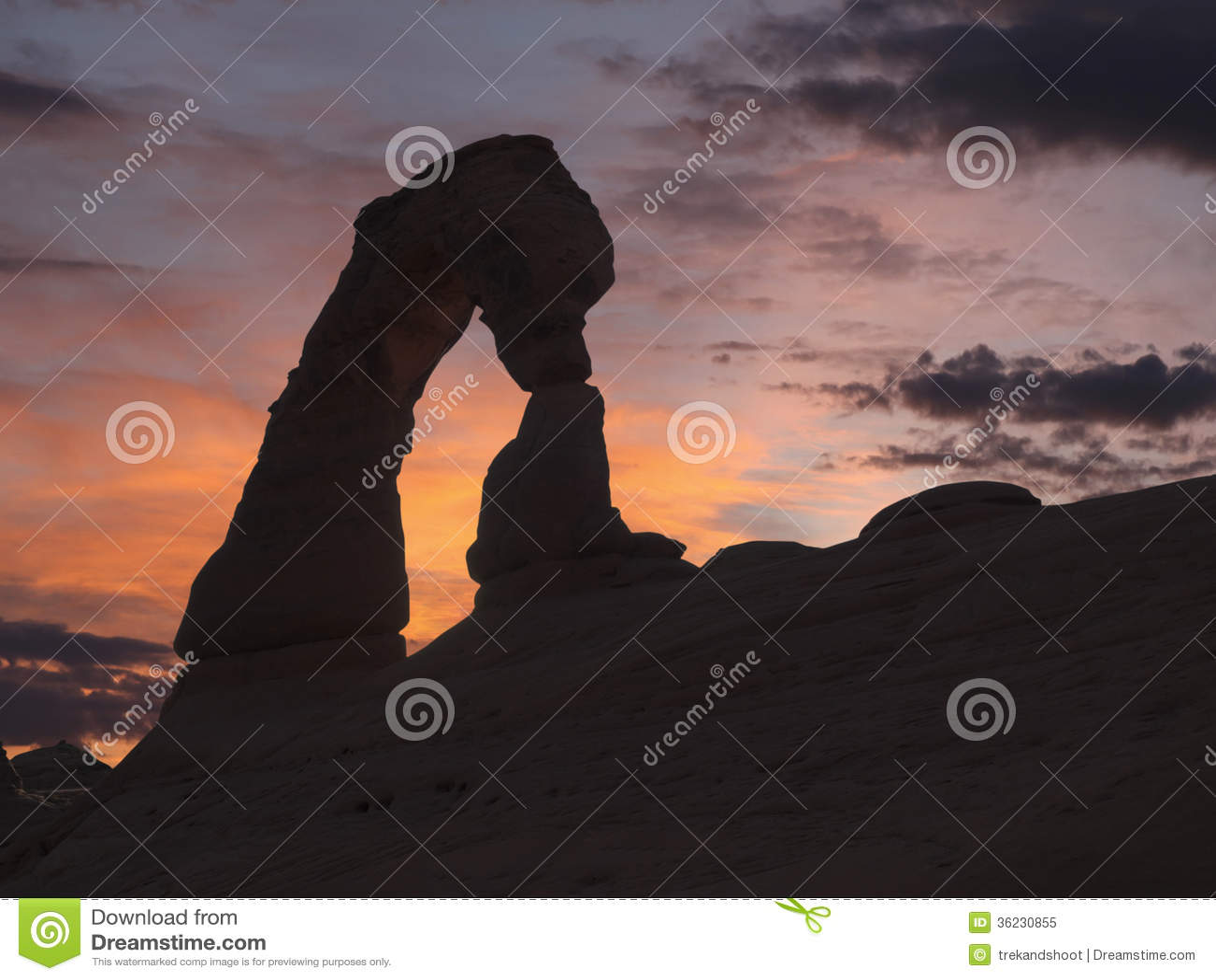 Puesta del sol delicada del arco en el parque nacional de los arcos