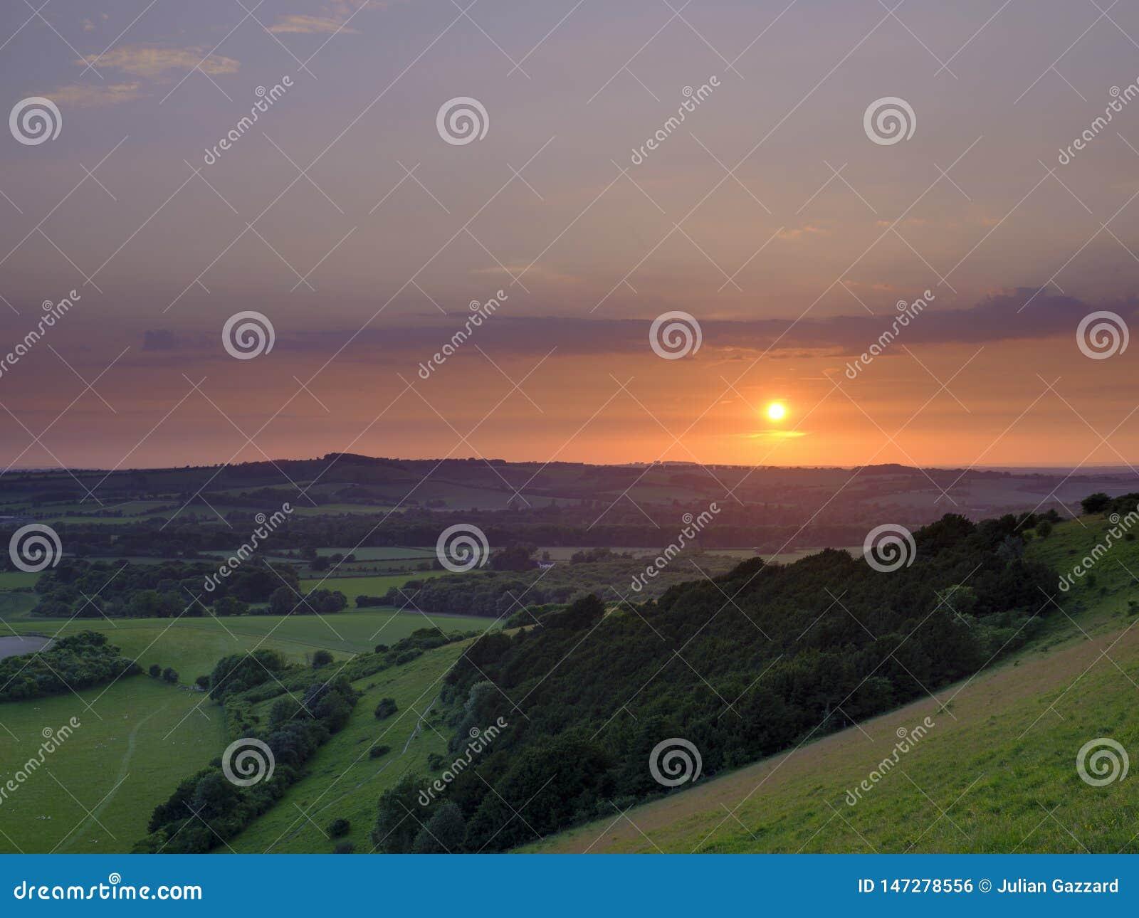 Puesta del sol dram?tica y colorida de mediados de verano sobre Beacon Hill de la colina vieja de Winchester en el parque naciona