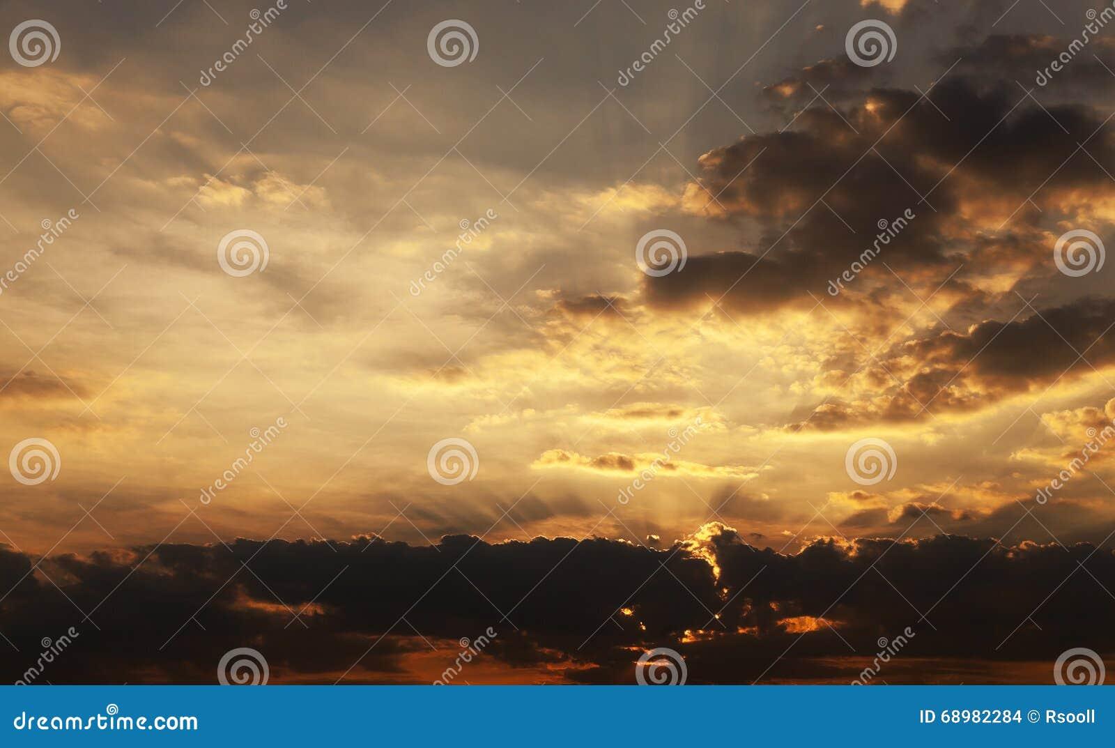 Puesta del sol, el cielo