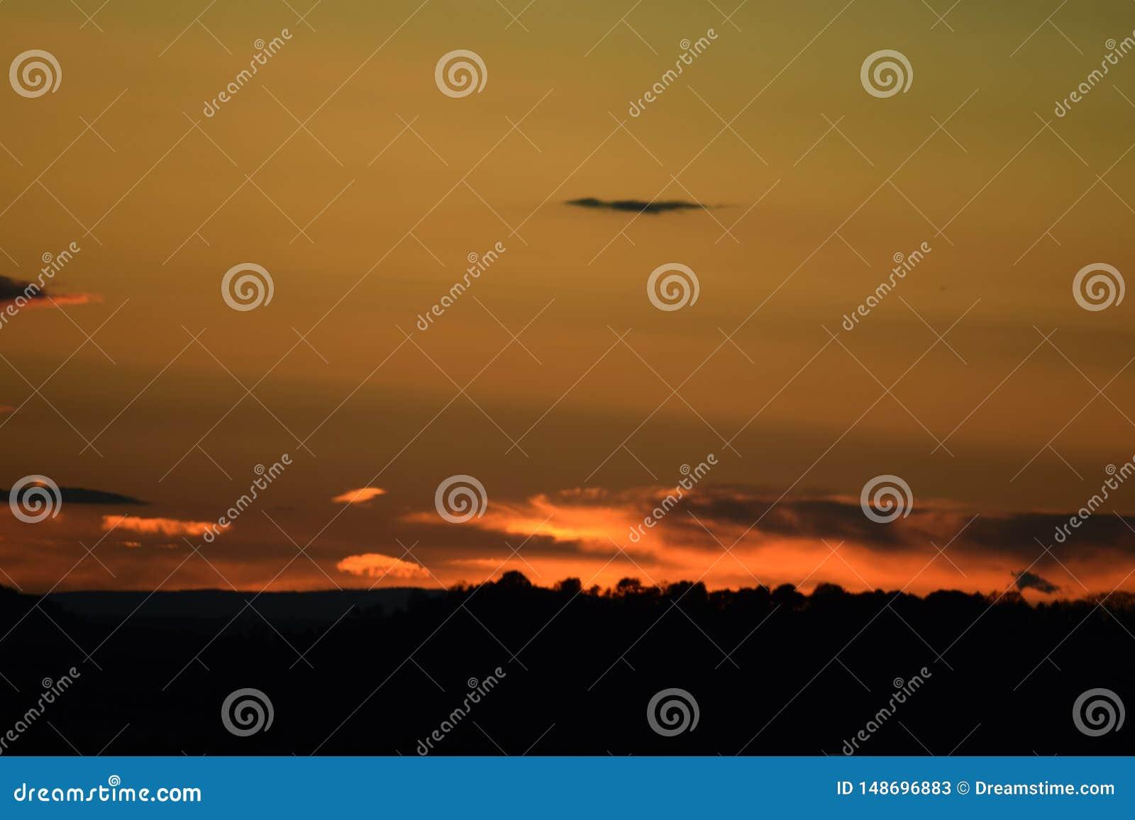 Puesta del sol en autm con colores hermosos