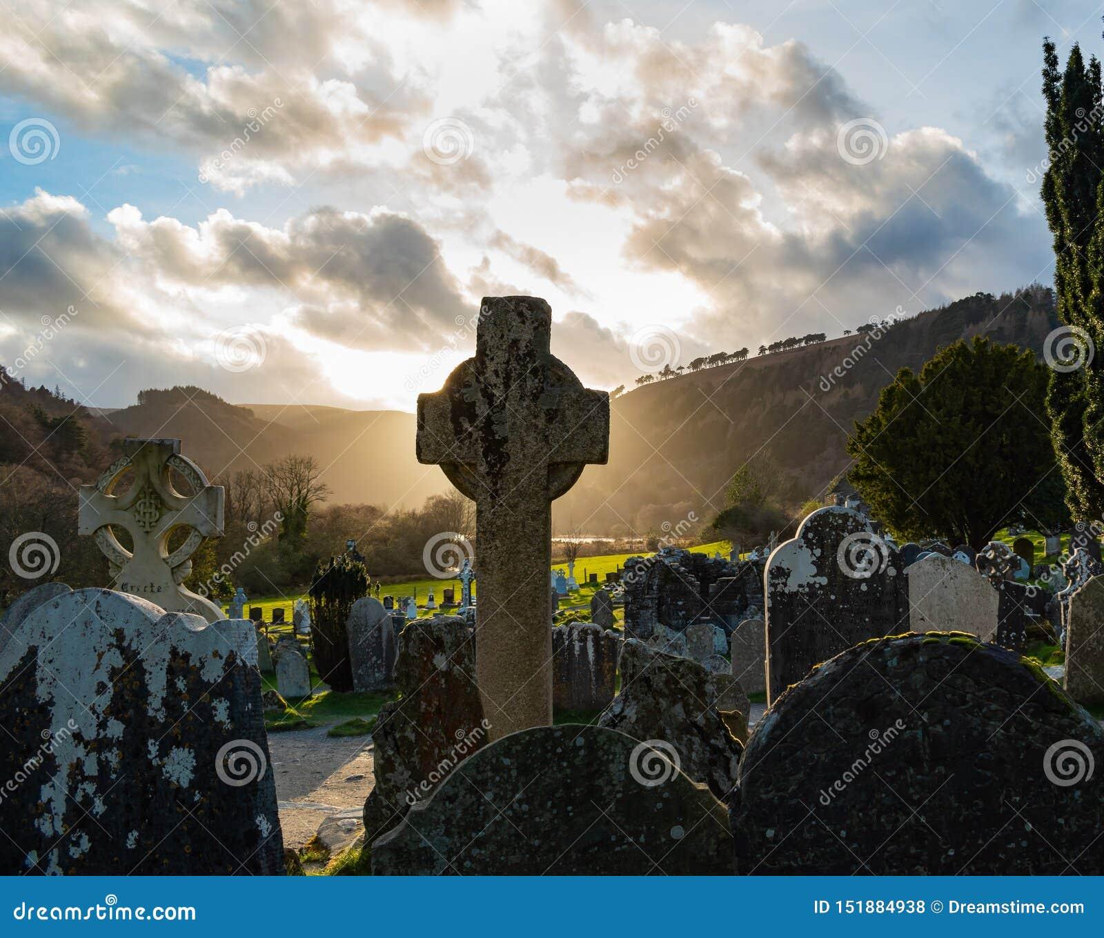 Puesta del sol en cementerio céltico