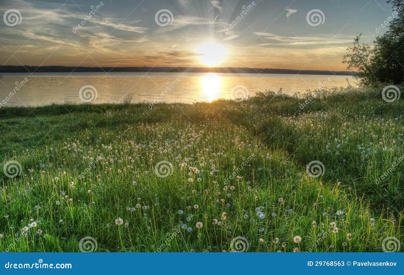 Puesta del sol en el lago, Valdai, Rusia