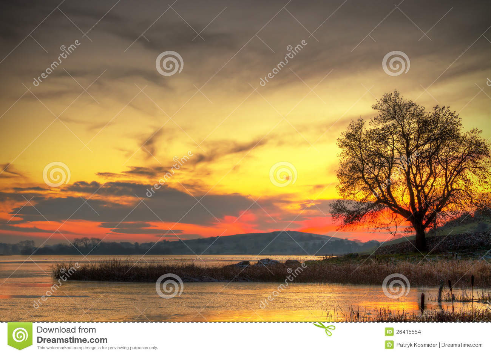 Puesta del sol en el lago en Irlanda