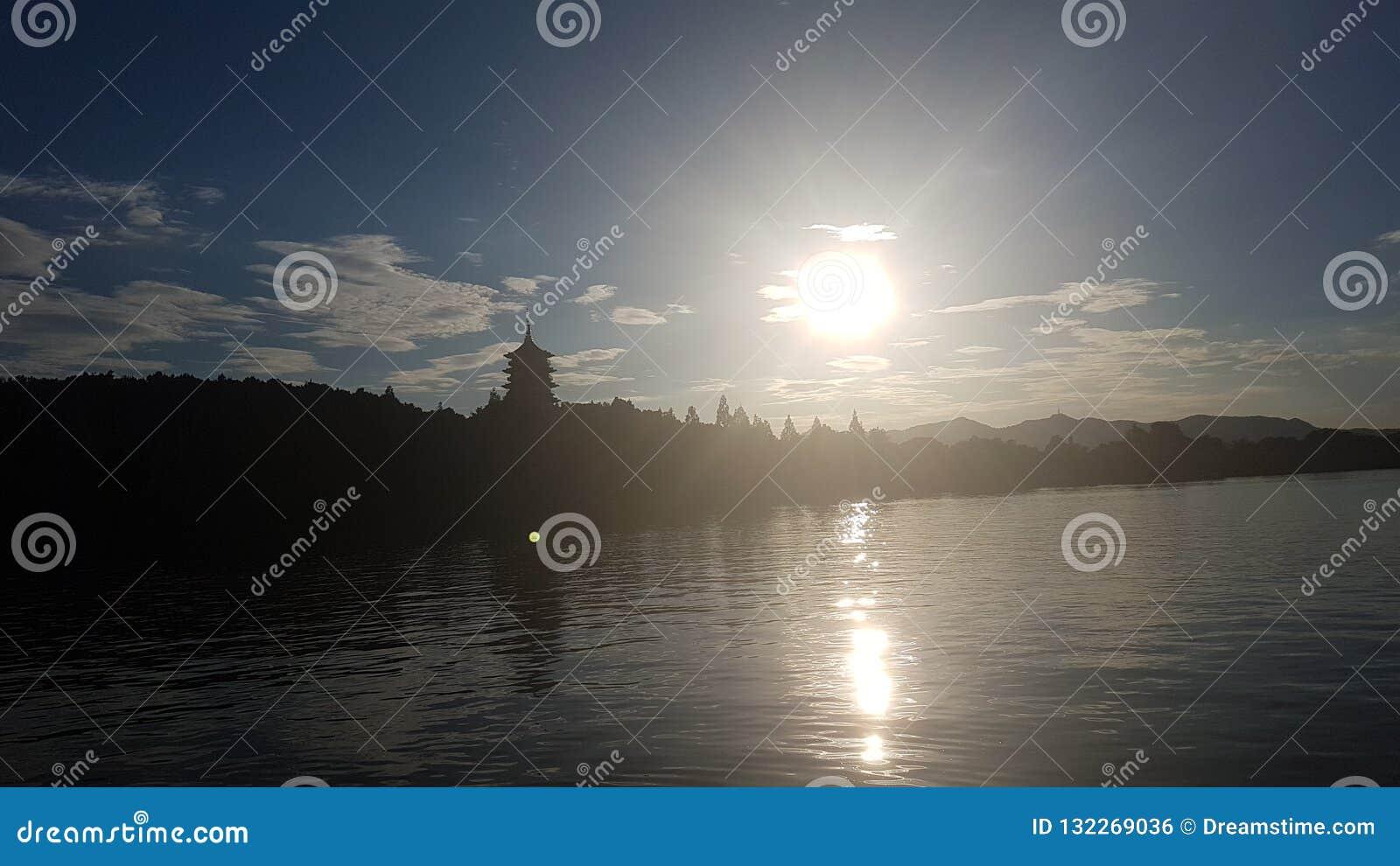 Puesta del sol en el lago del oeste