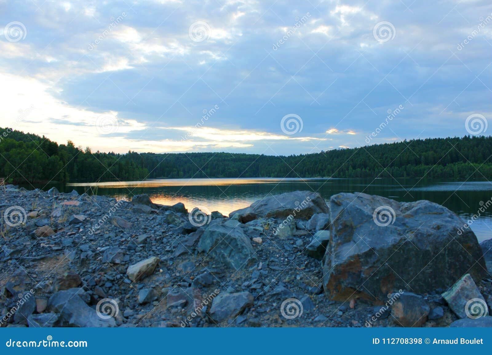 Puesta del sol en el lago del percee de Pedro