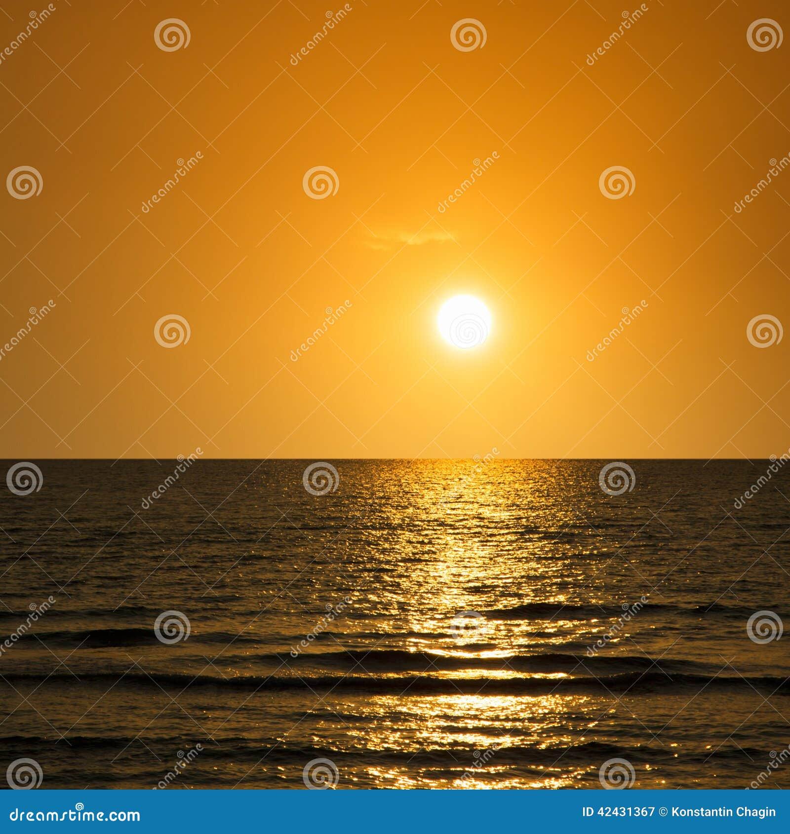 Puesta del sol en el mar