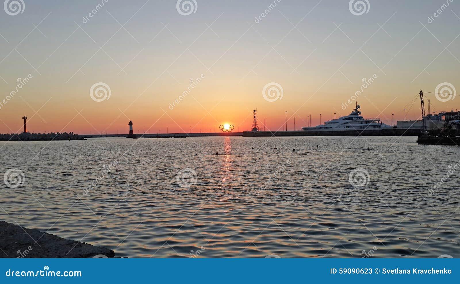 Puesta del sol en el mar negro playa sochi rusia foto de for Centro turistico puesta del sol