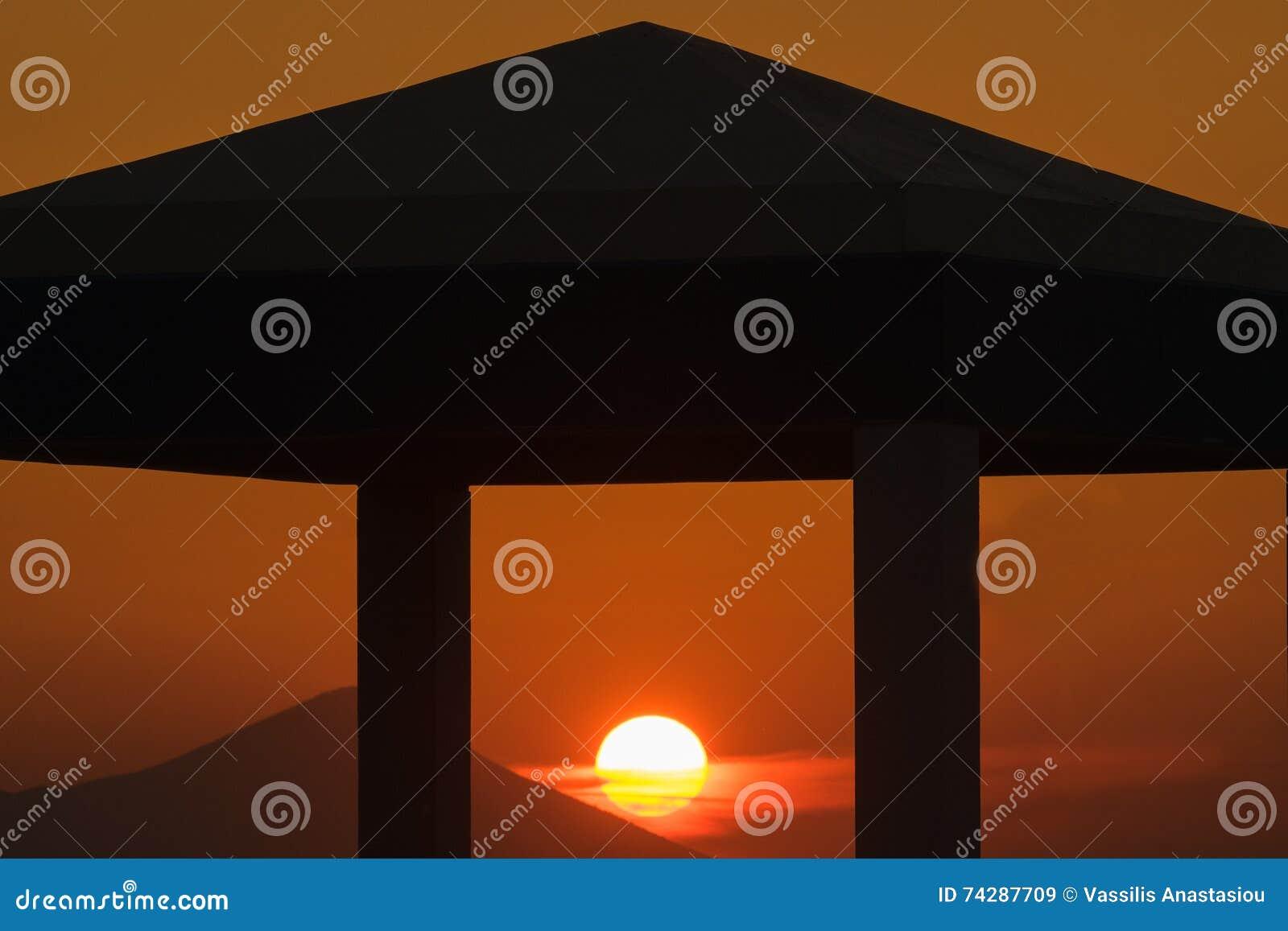 Puesta Del Sol En El Pueblo De Kalamos En Grecia Sun Se Enmarca A ...