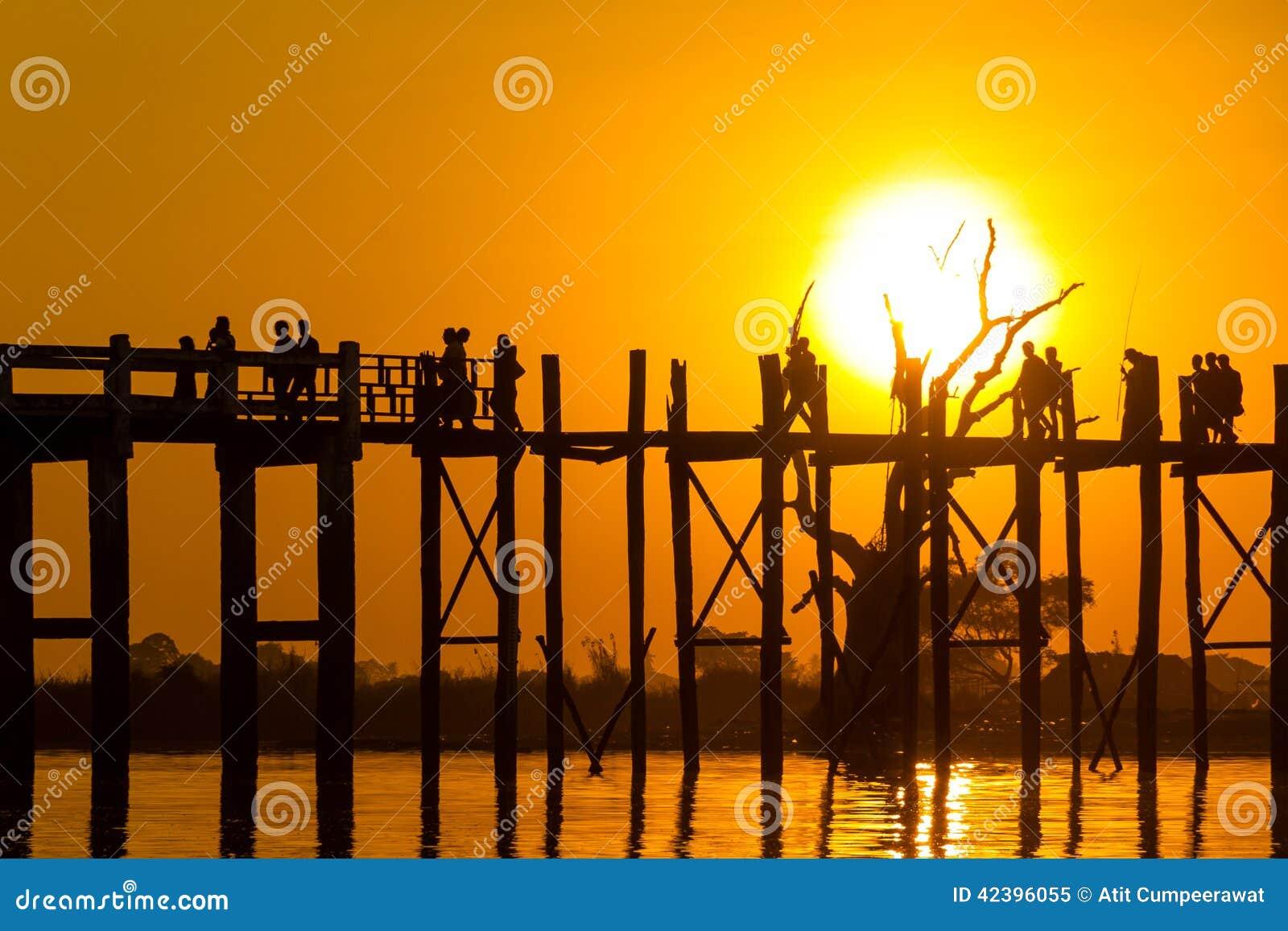 Puesta del sol en el puente del Teakwood de U Bein, Amarapura en Myanmar (Burmar