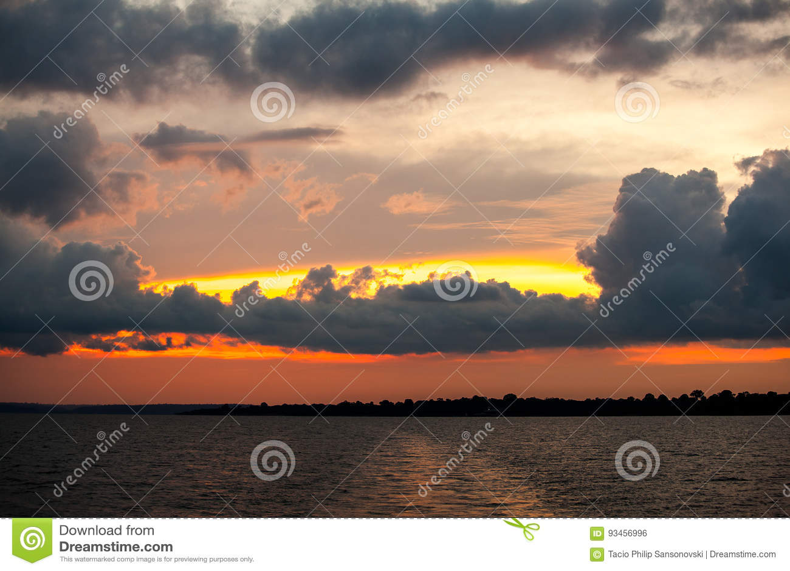 Puesta del sol en el río Amazonas