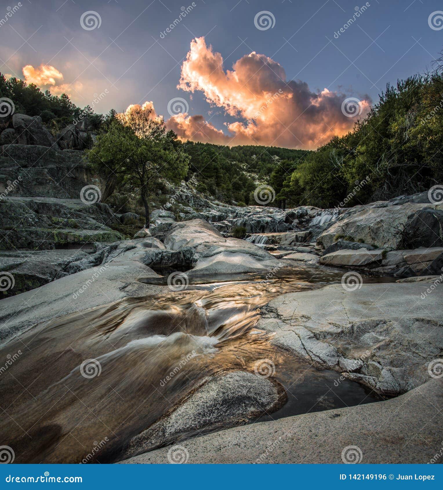 Puesta del sol en el río