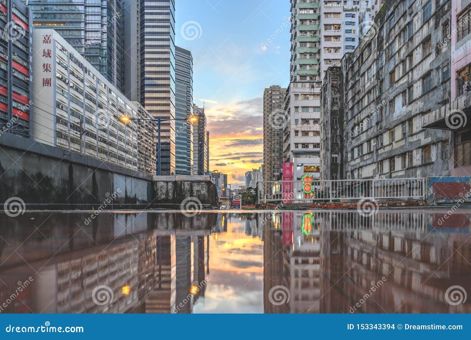Puesta del sol, en Hong Kong Yue Man Sqaure