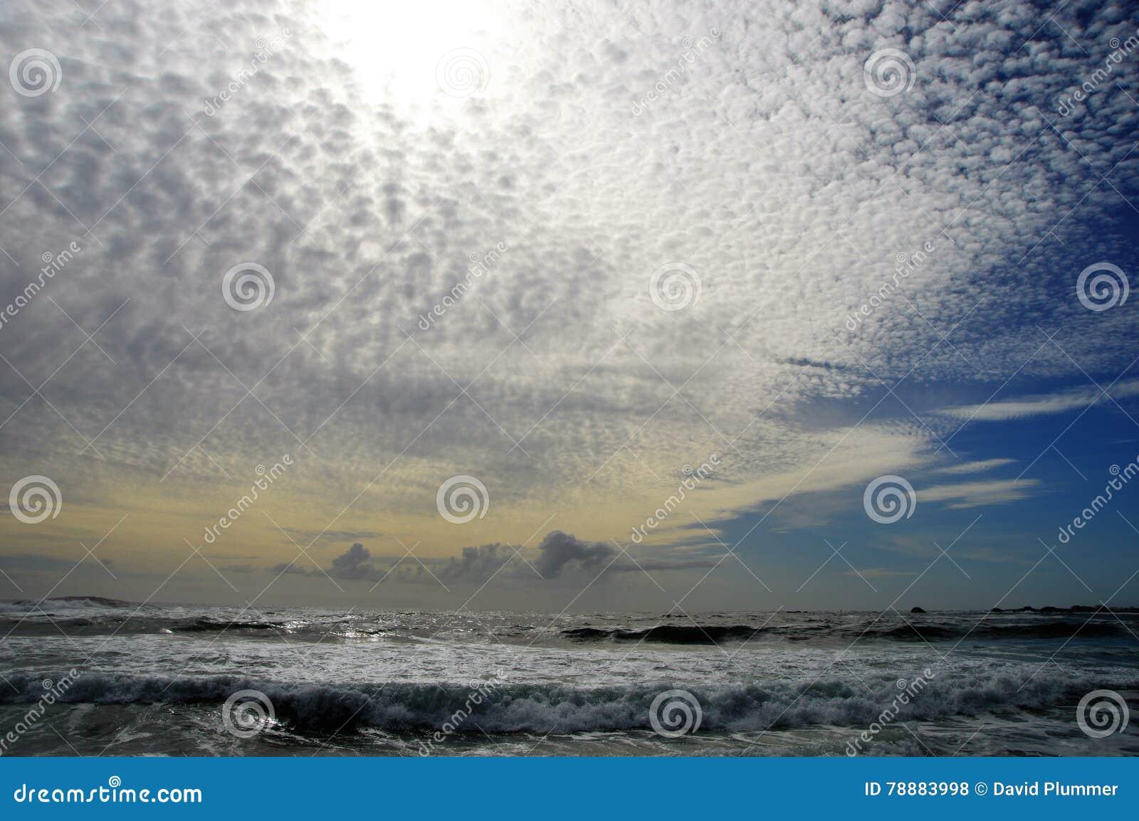 Puesta del sol en la bahía Cape Town Suráfrica de los campos