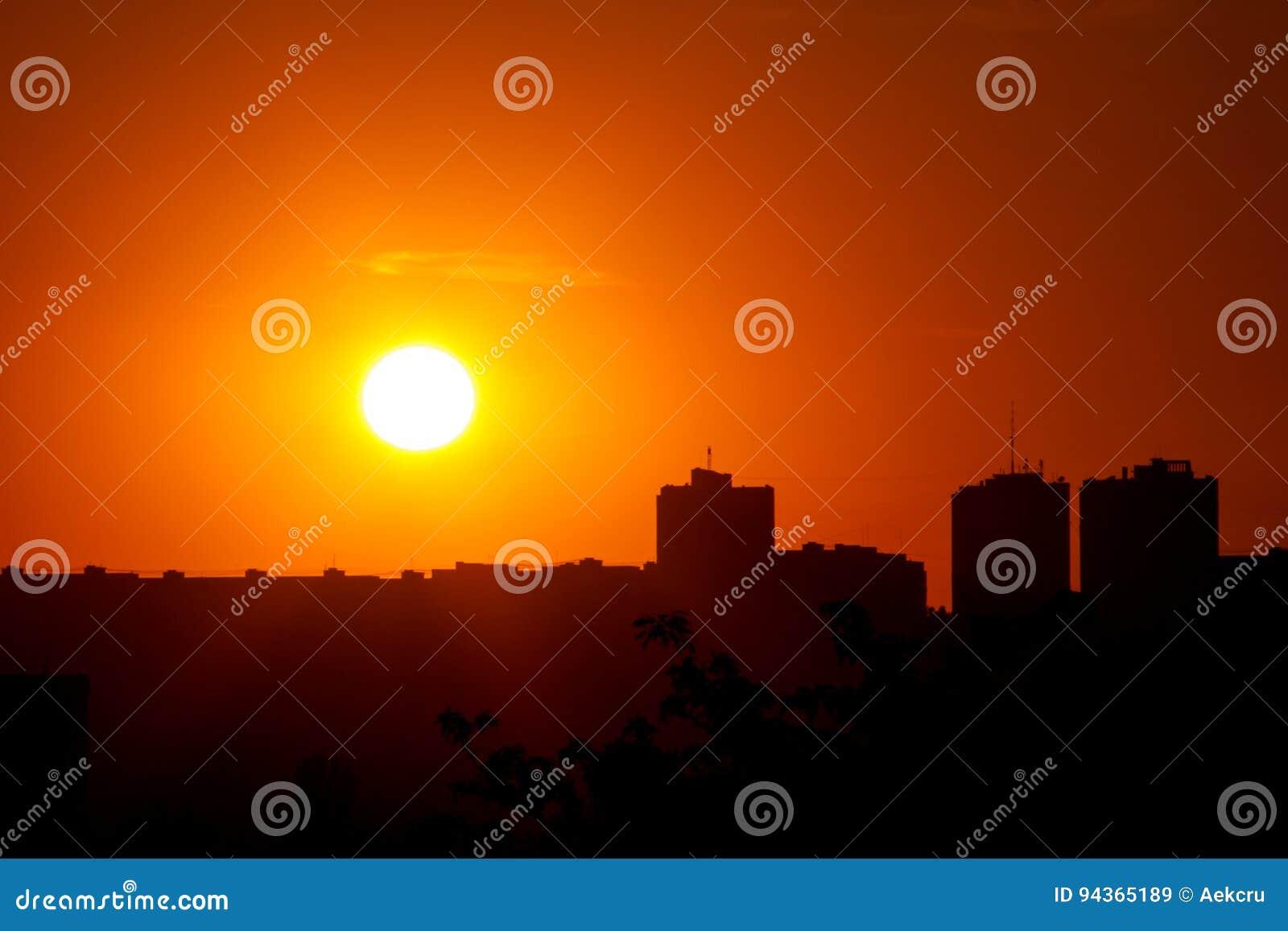 Puesta del sol en la ciudad