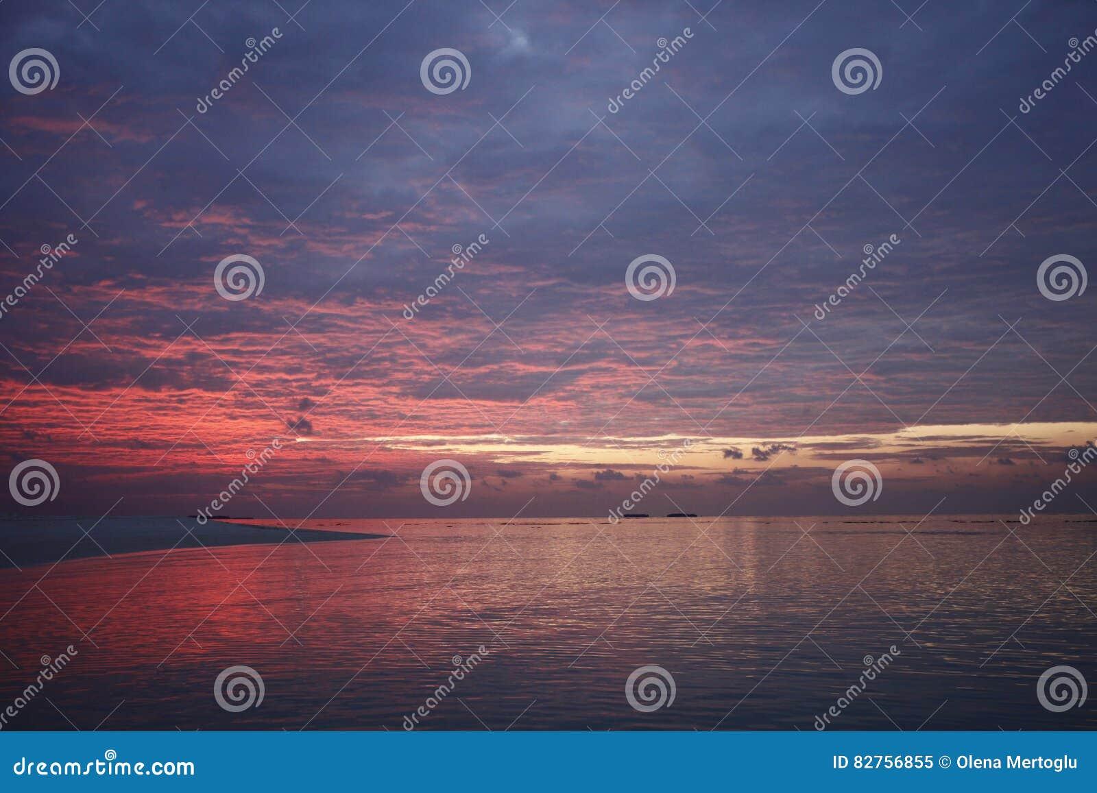 Puesta del sol en la isla de vacaciones de Maldivas