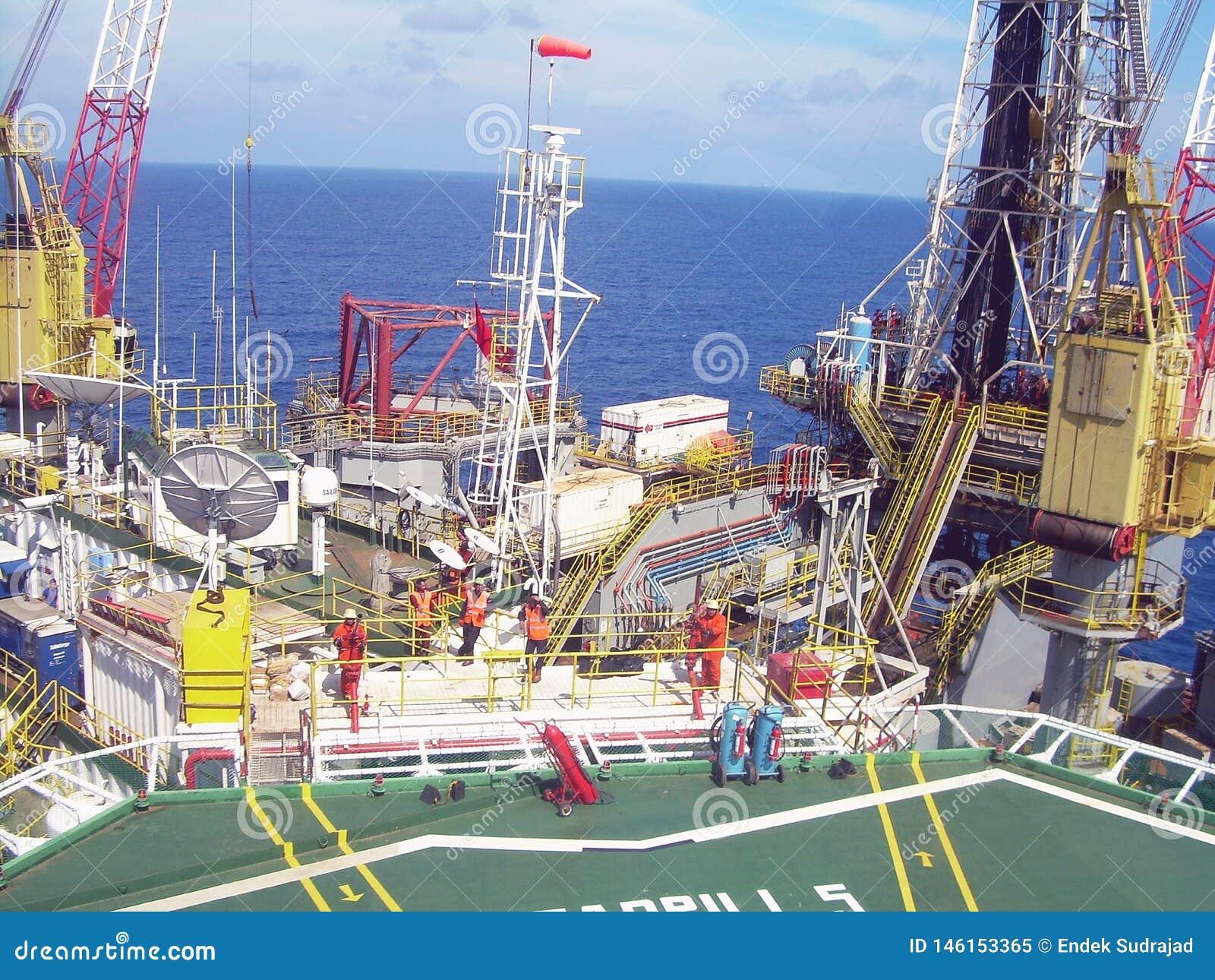 Puesta del sol en la plataforma de la plataforma petrolera, mar Indonesia de Natuna