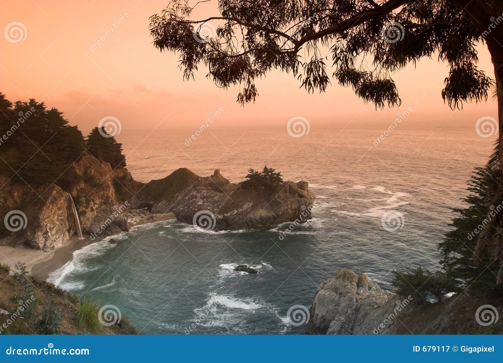 Puesta del sol en la playa de California