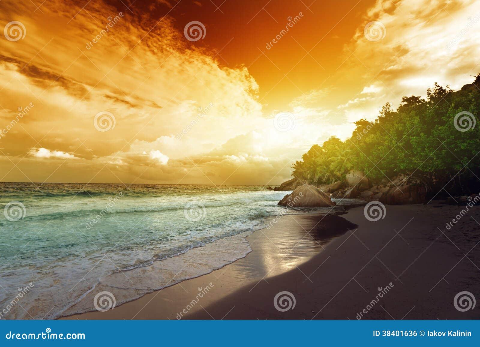 Puesta del sol en la playa de Seychelles