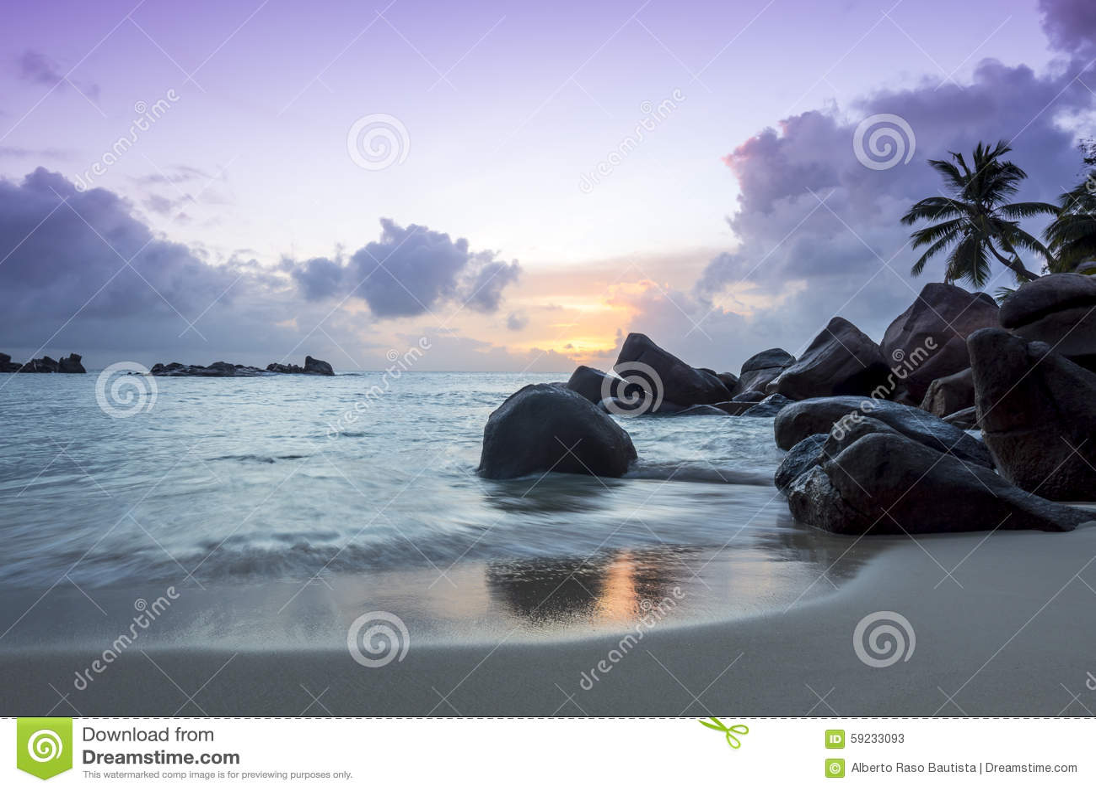 Puesta del sol en la playa tropical - Seychelles - fondo de la naturaleza
