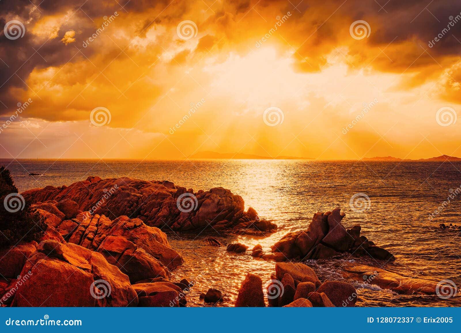 Puesta del sol en la playa y el mar Mediterráneo de Capriccioli en Cerdeña Italia