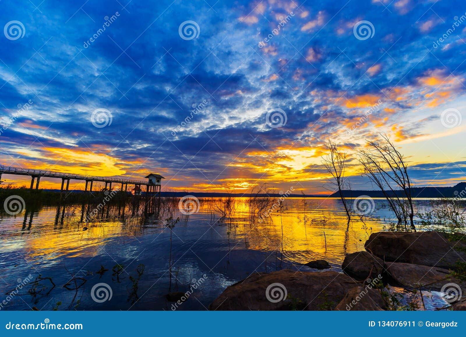 Puesta del sol en la presa de Lum Chae, Nakhon Ratchasima, Tailandia