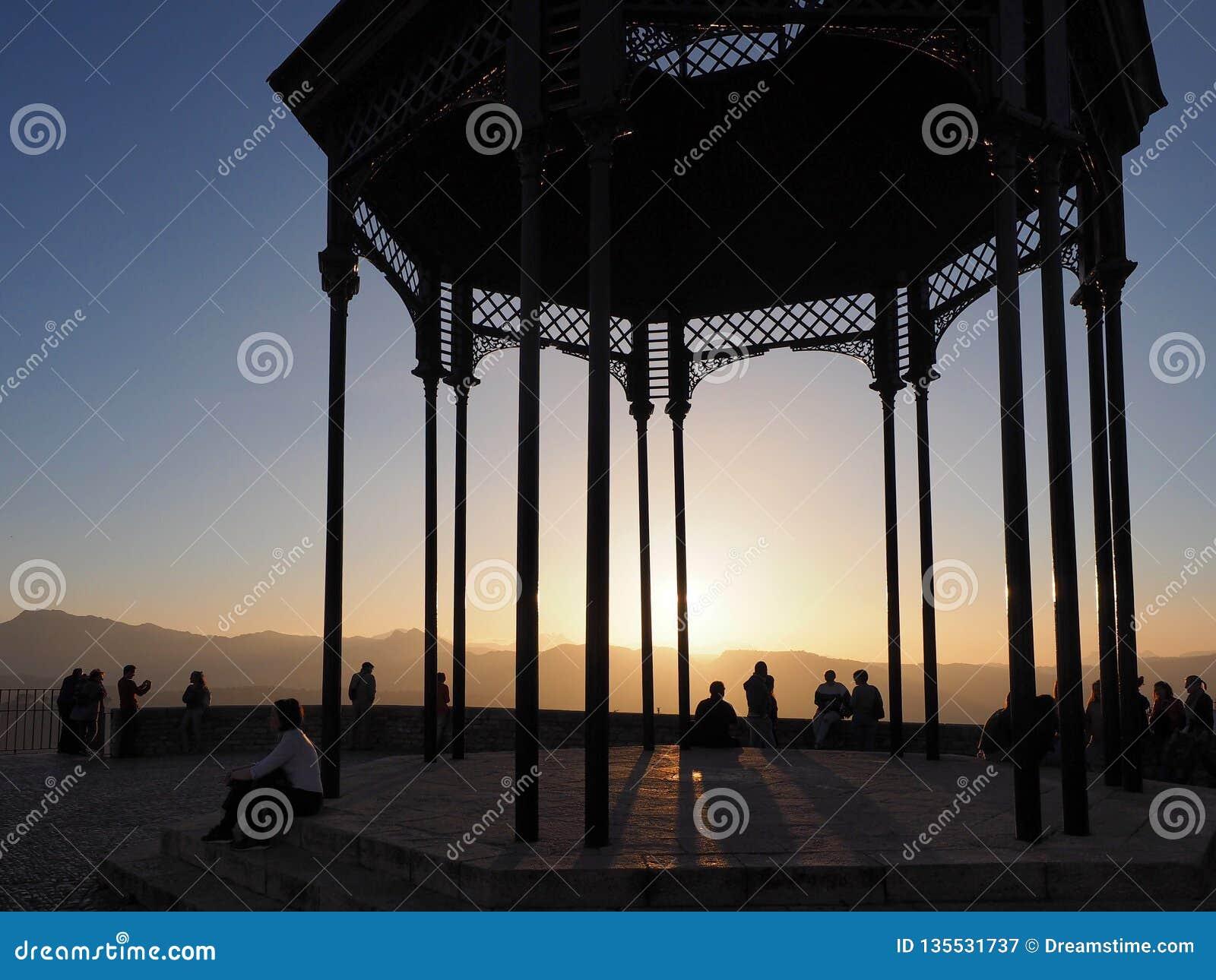 Puesta del sol en la  promenade  del acantilado en Ronda, Andalucía