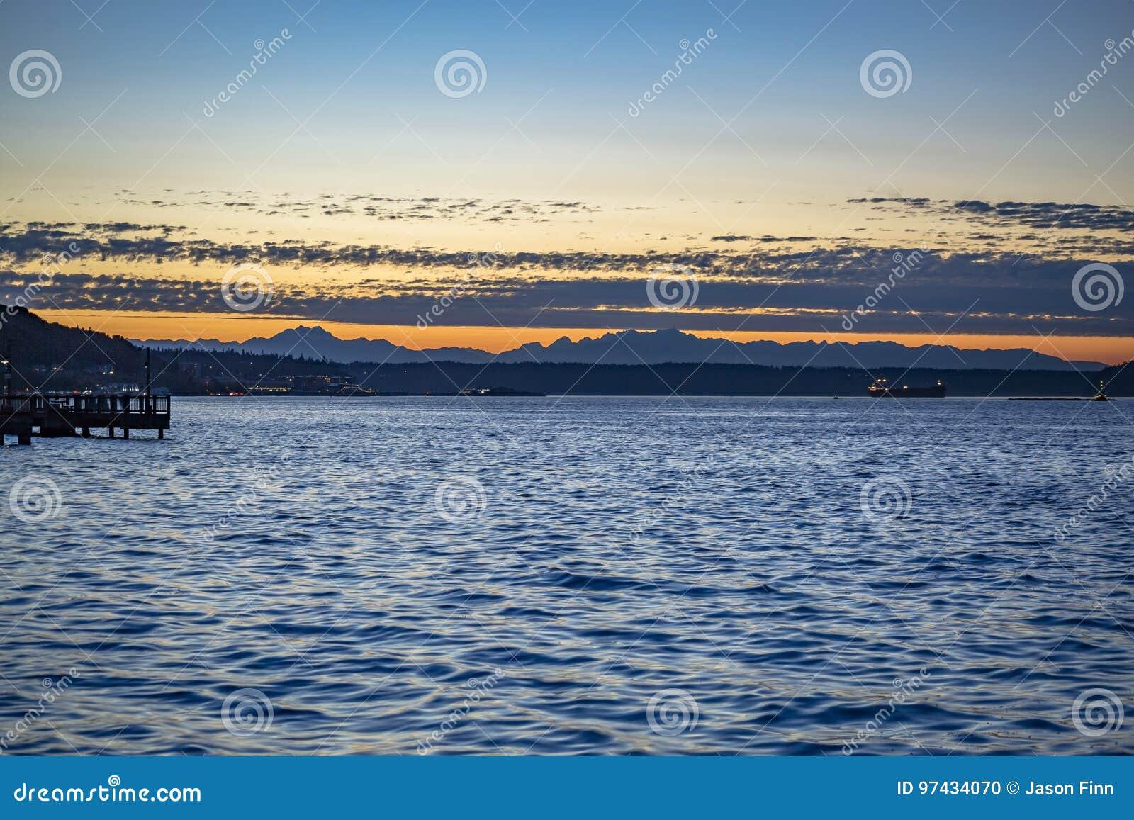 Puesta del sol en las aguas picadas en la bahía de Tacoma