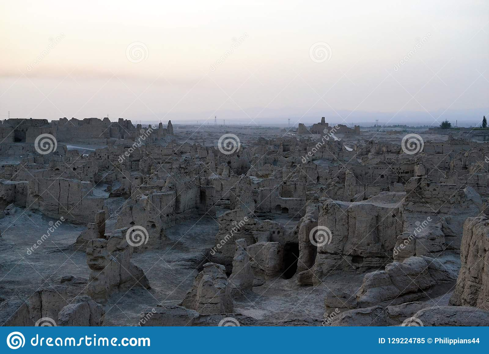 Puesta del sol en las ruinas antiguas de Jiaohe, Turpan, China