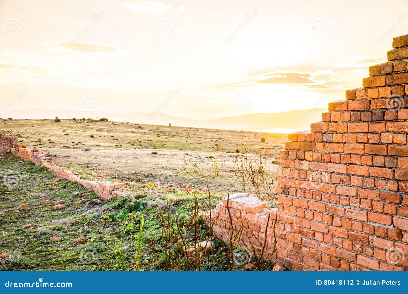Puesta del sol en las ruinas del ladrillo del convicto de Maria Island, Australia