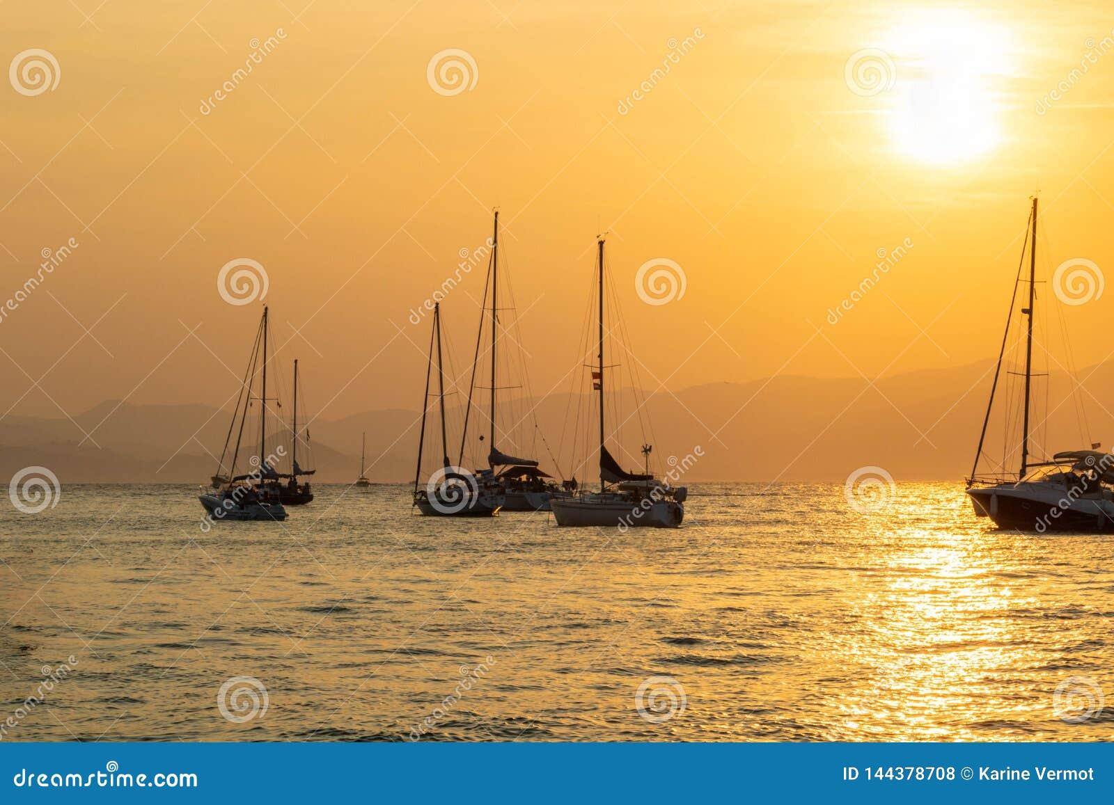 Puesta del sol en los barcos de navegación en las islas de Lérins, Cannes riviera francesa Francia
