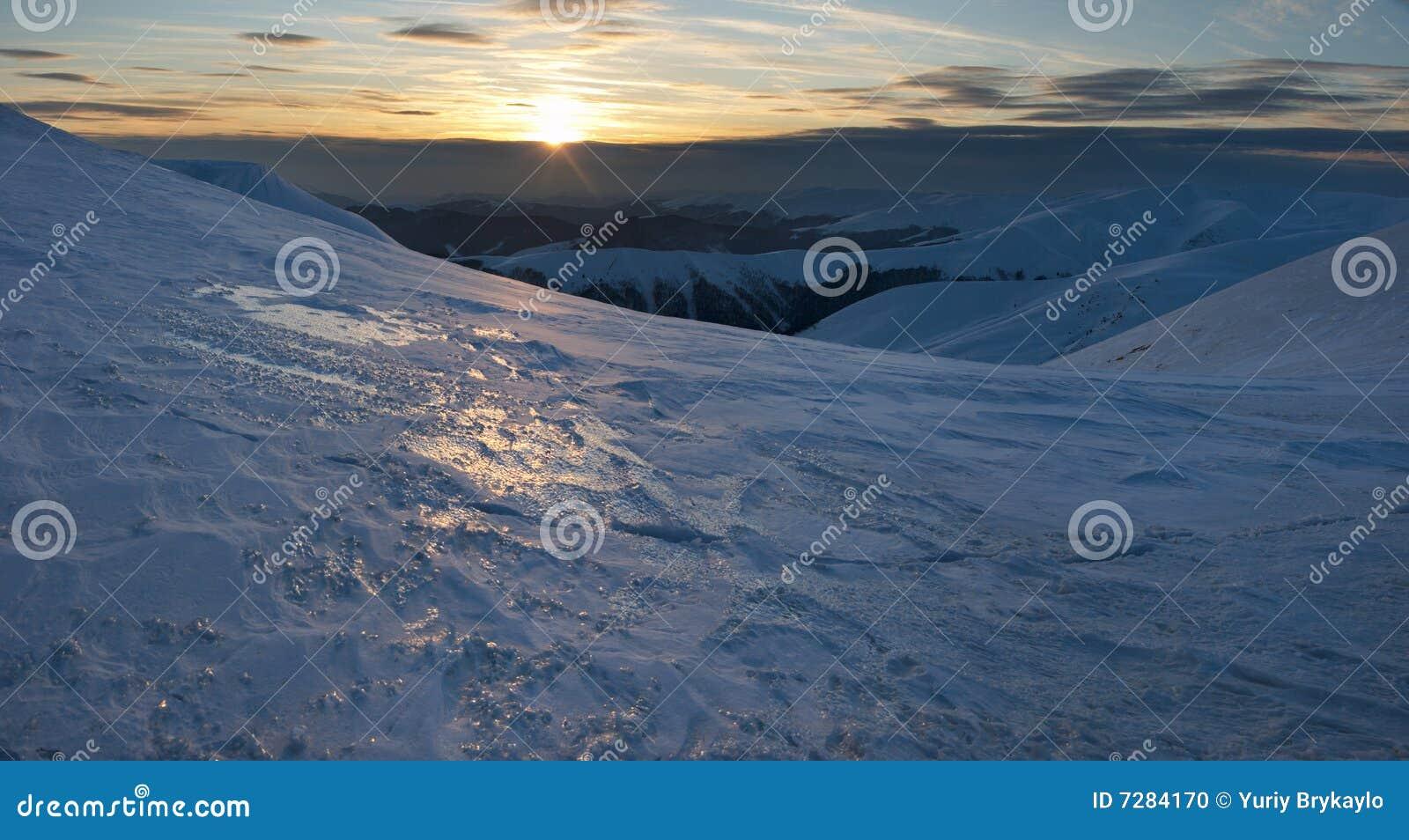 Puesta del sol en montaña