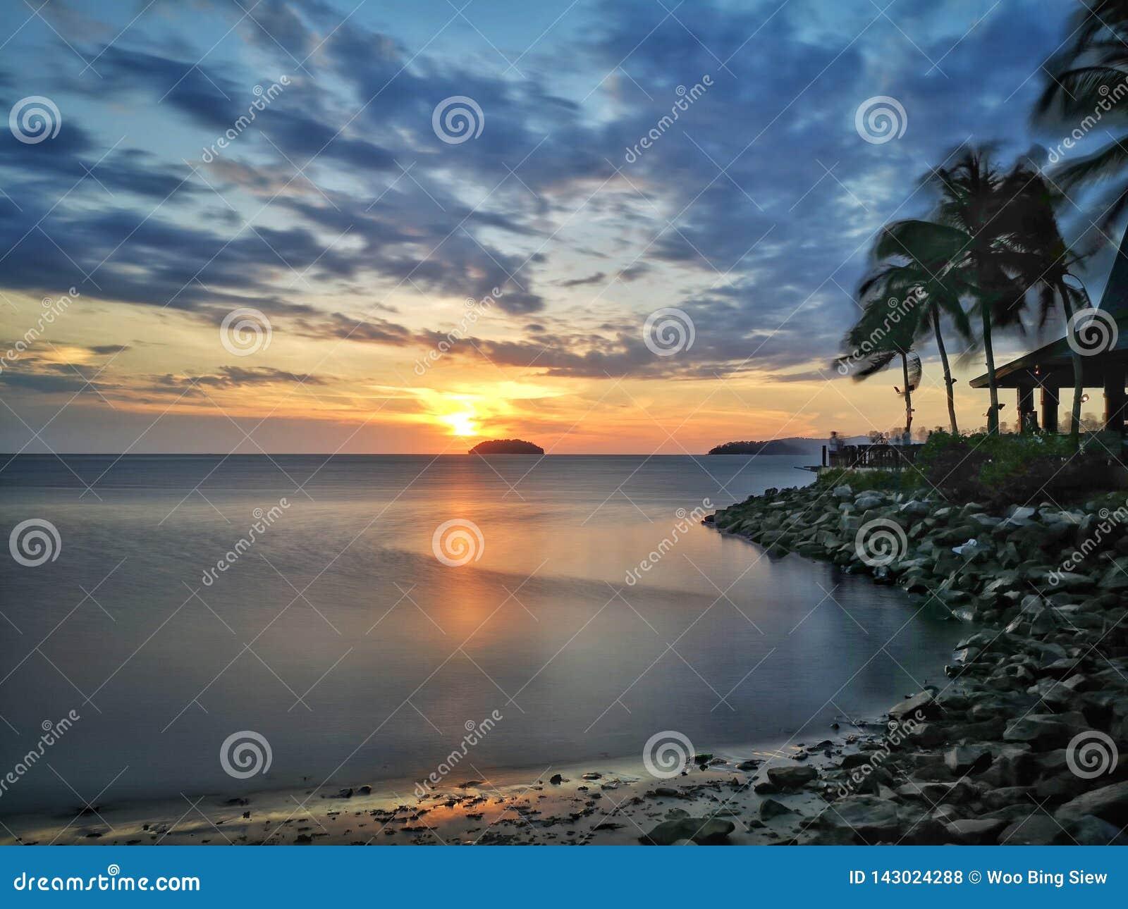 Puesta del sol en playa