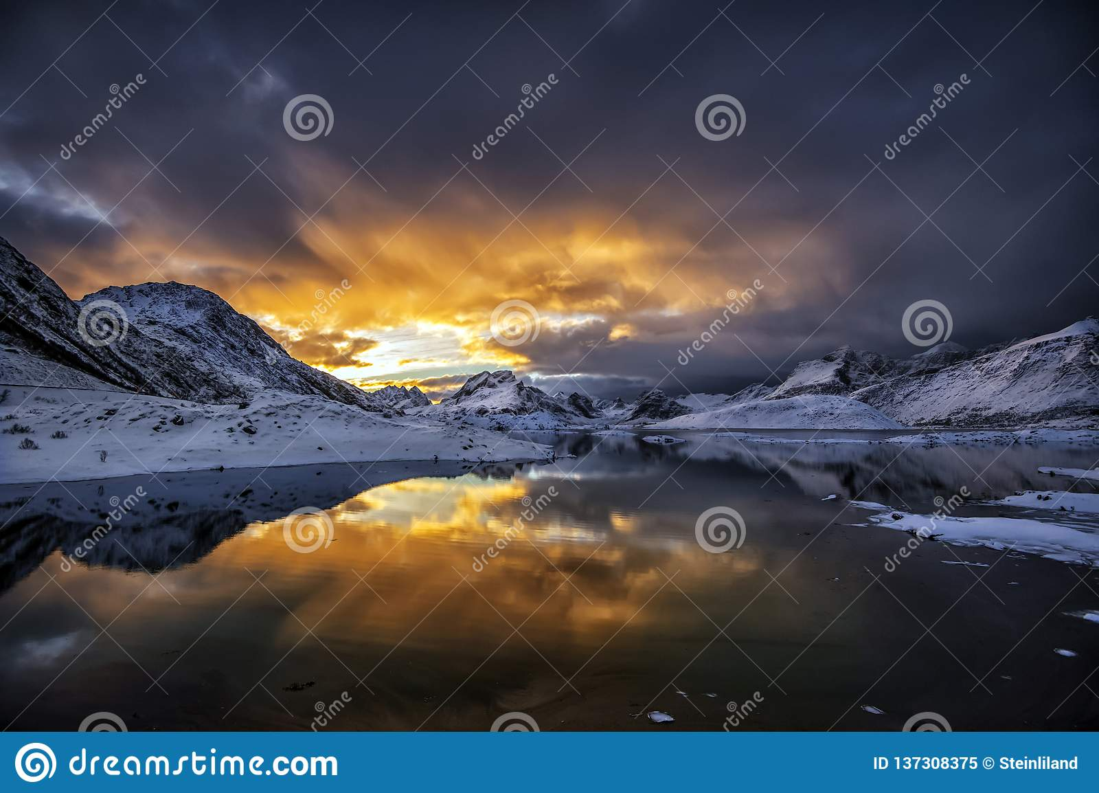 Puesta del sol en un país de las maravillas del invierno