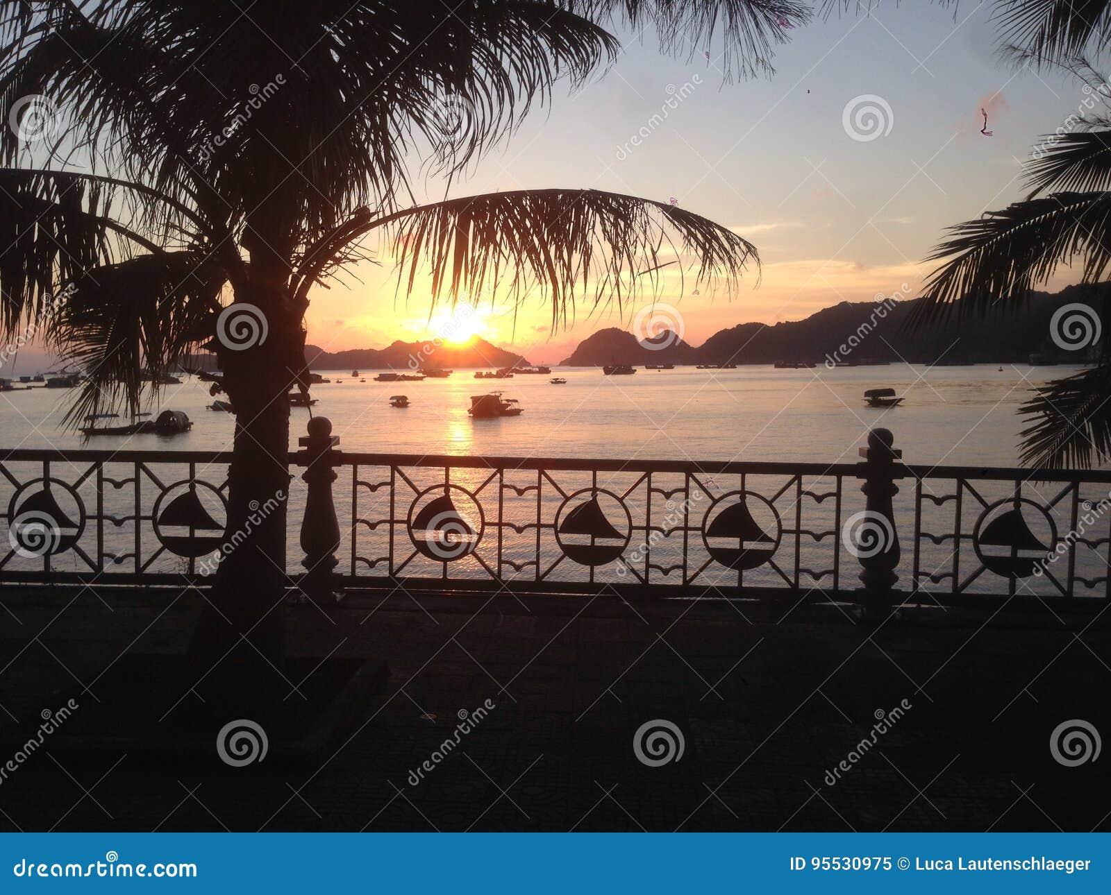 Puesta del sol en un puerto