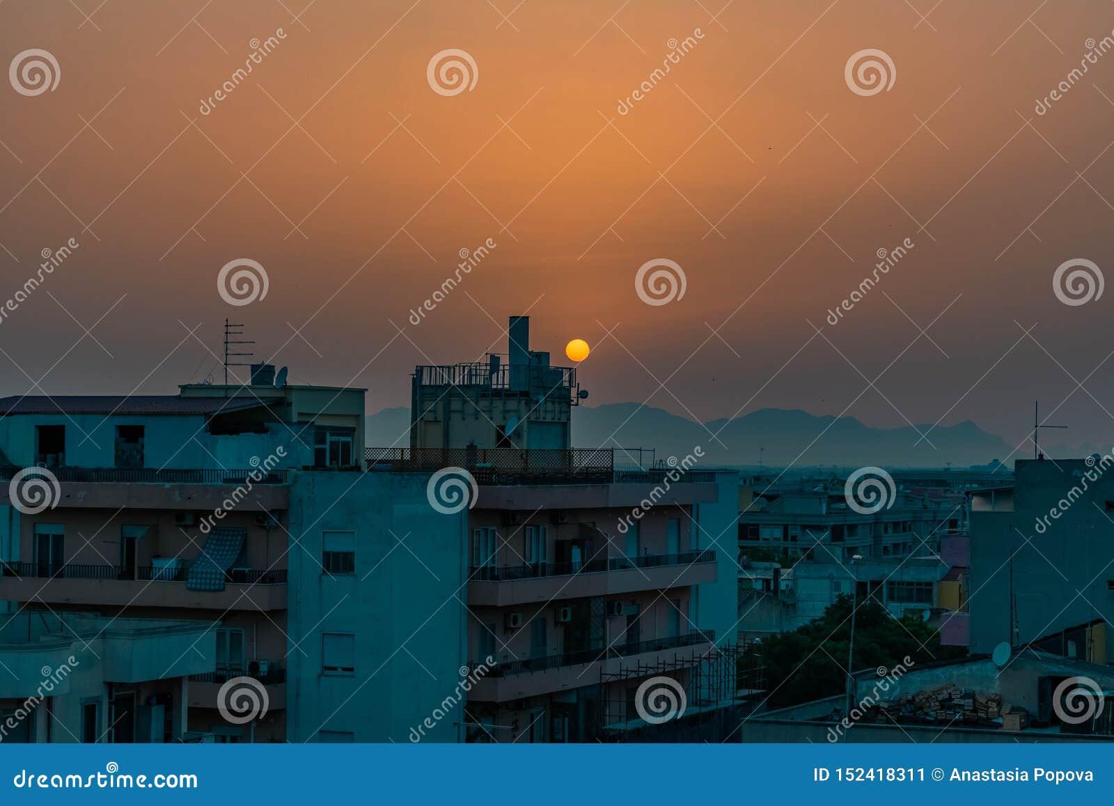 Puesta del sol en una ciudad vacía