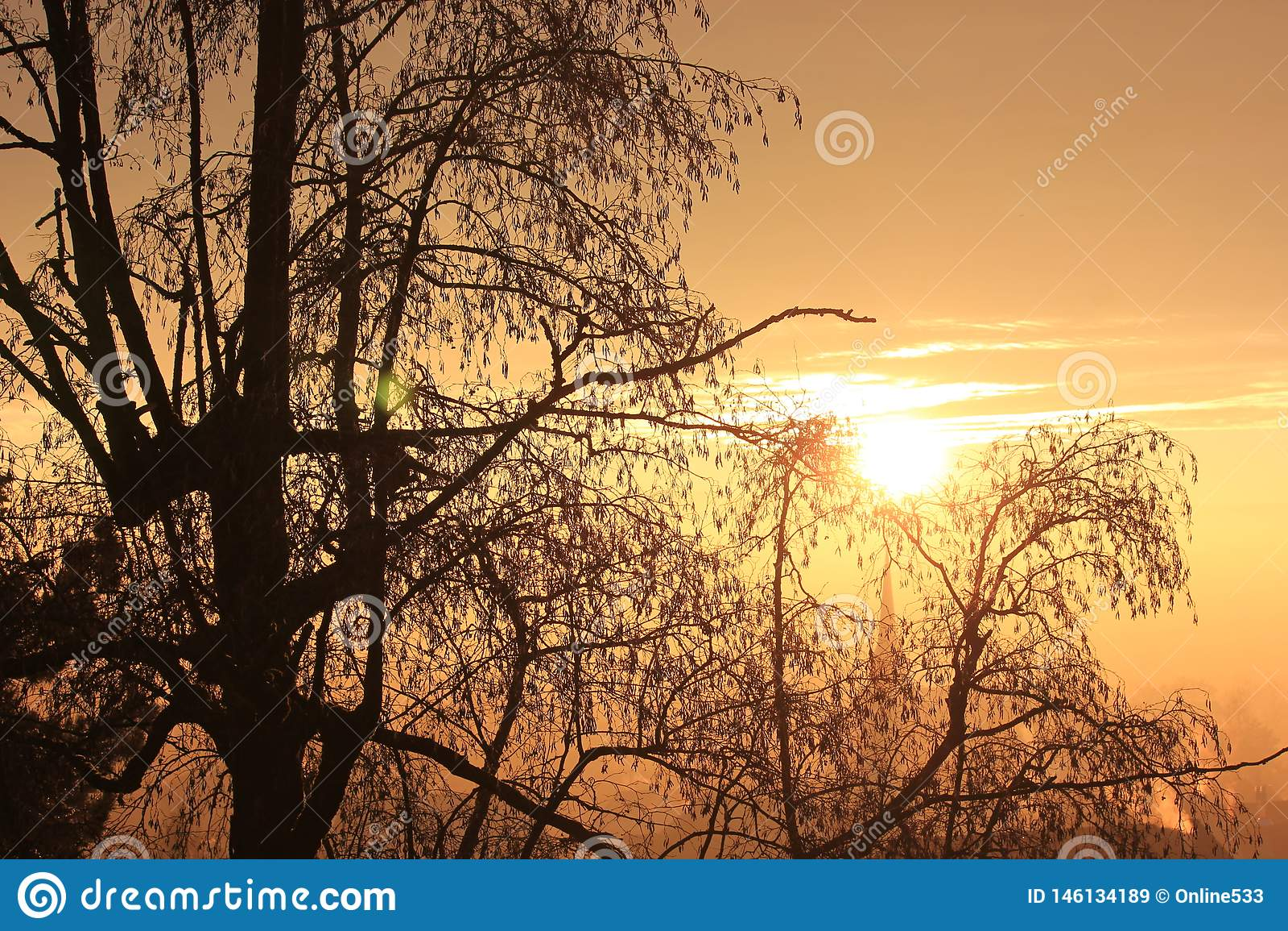 Puesta del sol en una tarde preciosa del invierno