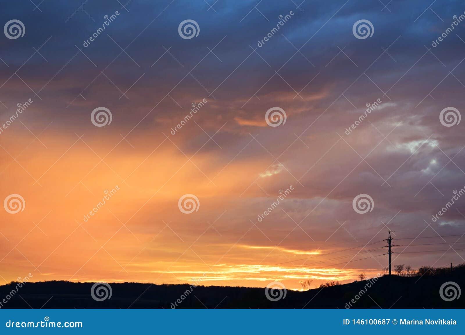 Puesta del sol del fuego sobre un paisaje oscuro