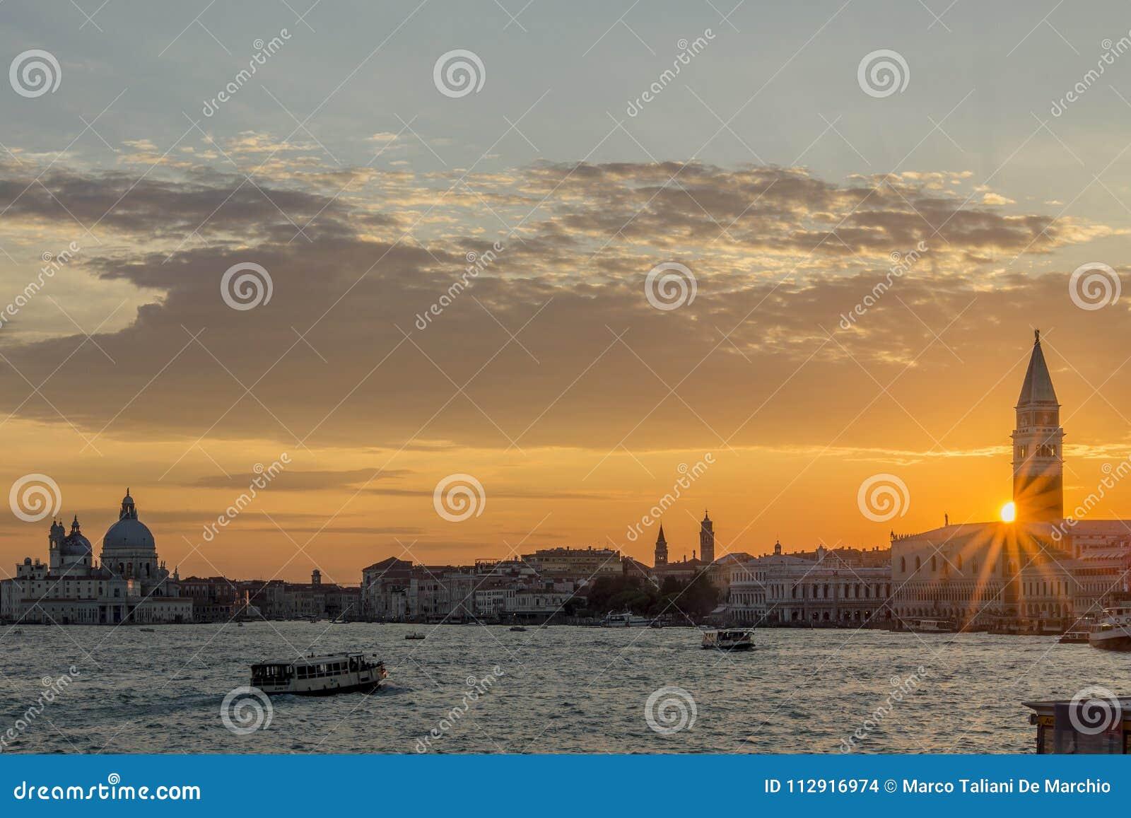 Puesta del sol gloriosa en la laguna veneciana, Venecia, Italia