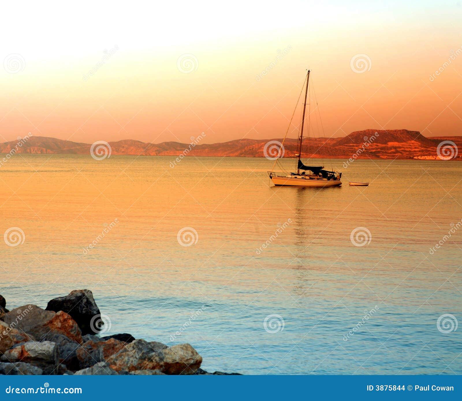 Puesta del sol griega del barco de Crete Sitea