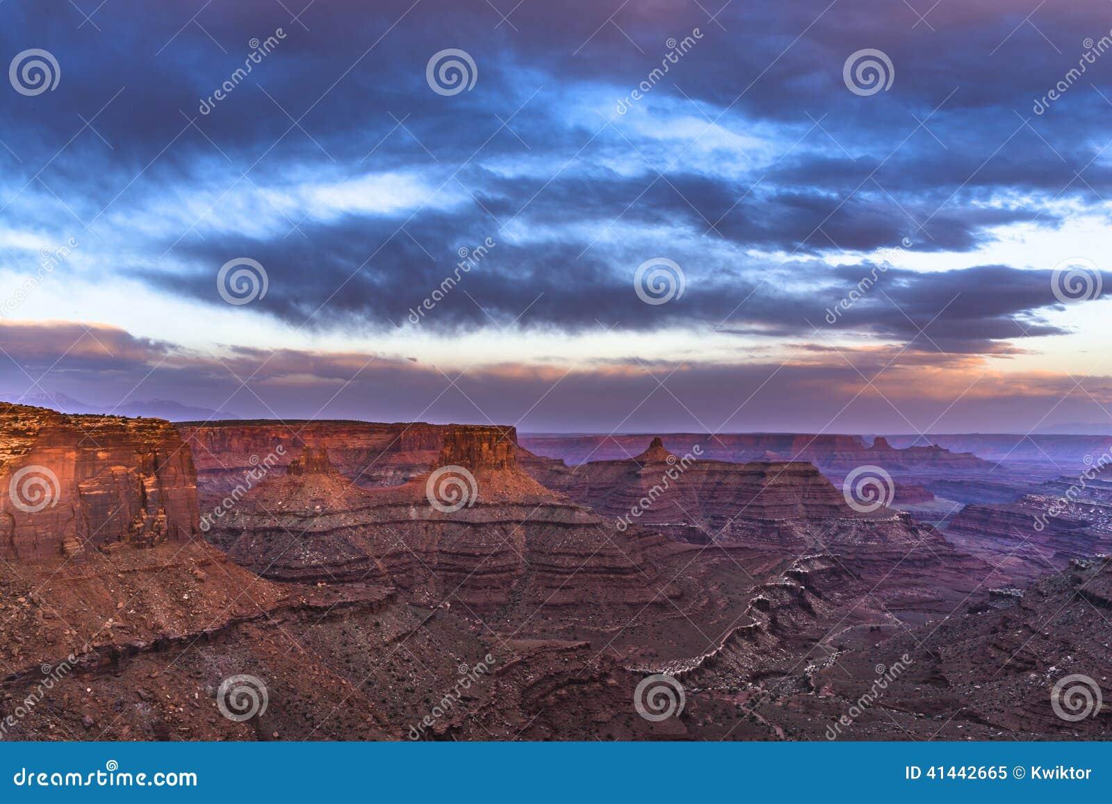 Puesta del sol hermosa cerca del punto Canyonlands Utah de Marlboro