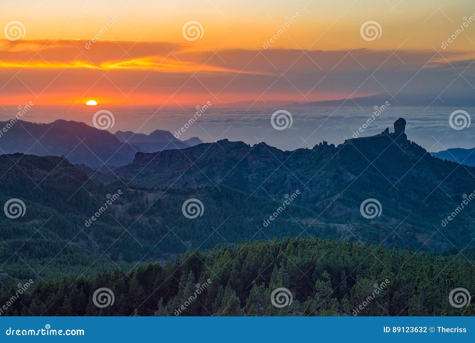 Puesta del sol hermosa con el pico de Roque Nublo en la isla de Gran Canaria, España