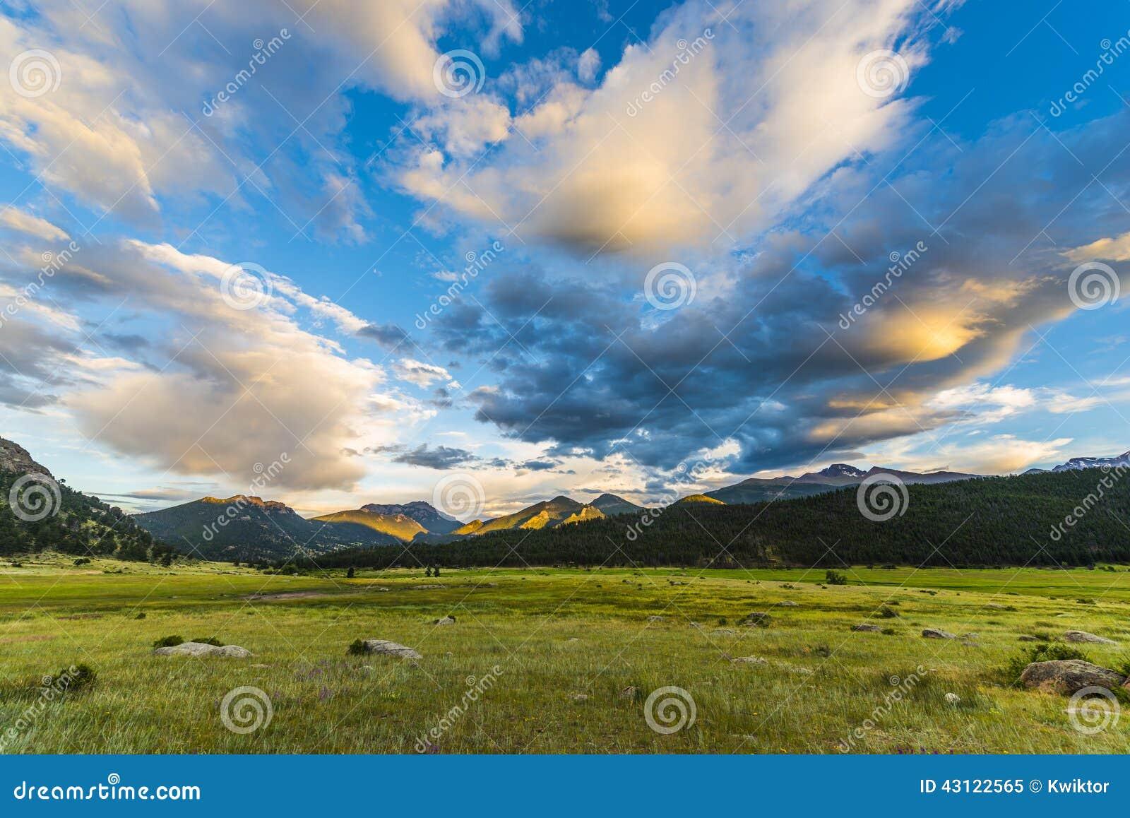 Puesta del sol hermosa en Colorado Rockies del parque de la moraine