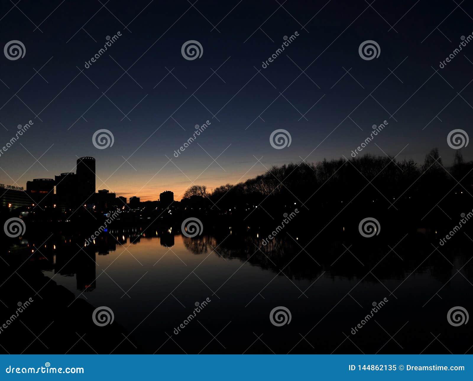 Puesta del sol hermosa en la ciudad R?o