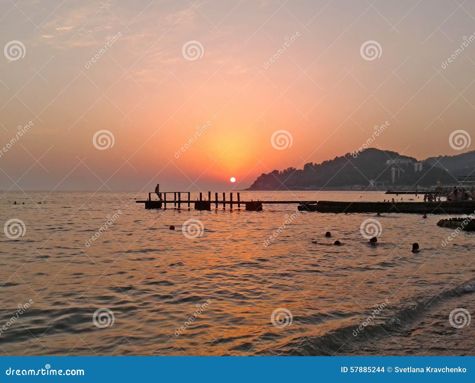 Puesta del sol hermosa en la costa del mar negro foto de for Centro turistico puesta del sol