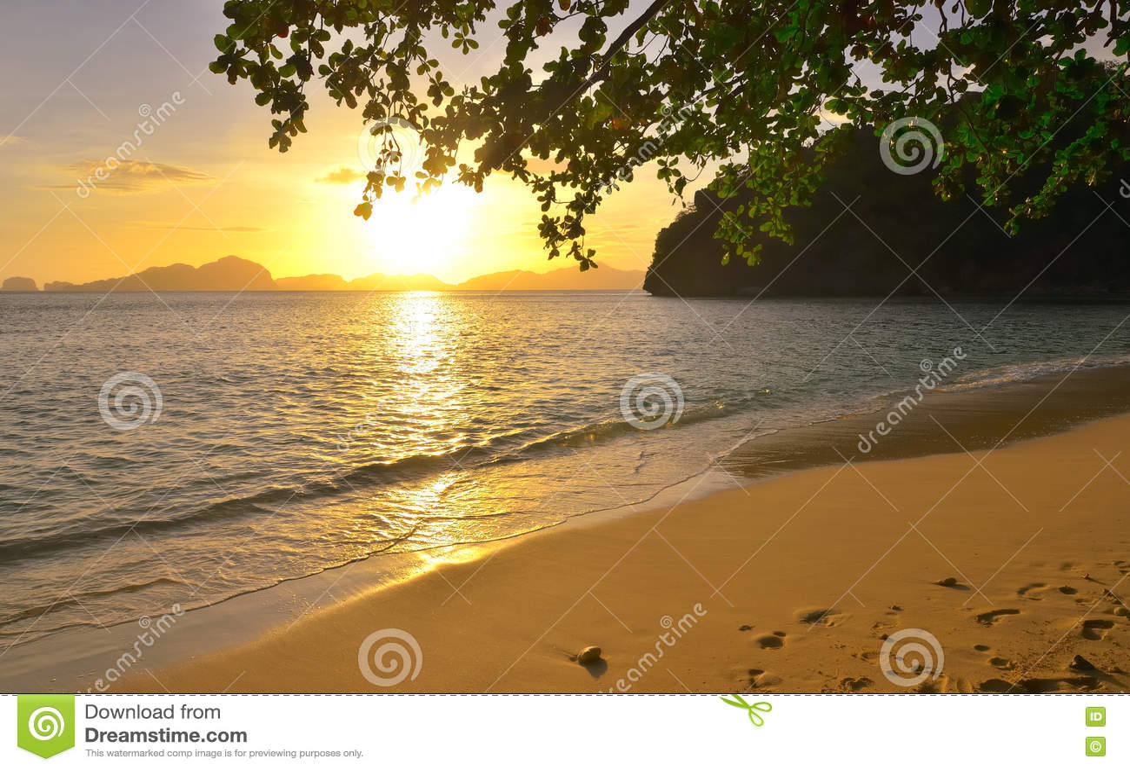 Puesta del sol hermosa en las islas salvajes del fondo de la playa con la determinación de s