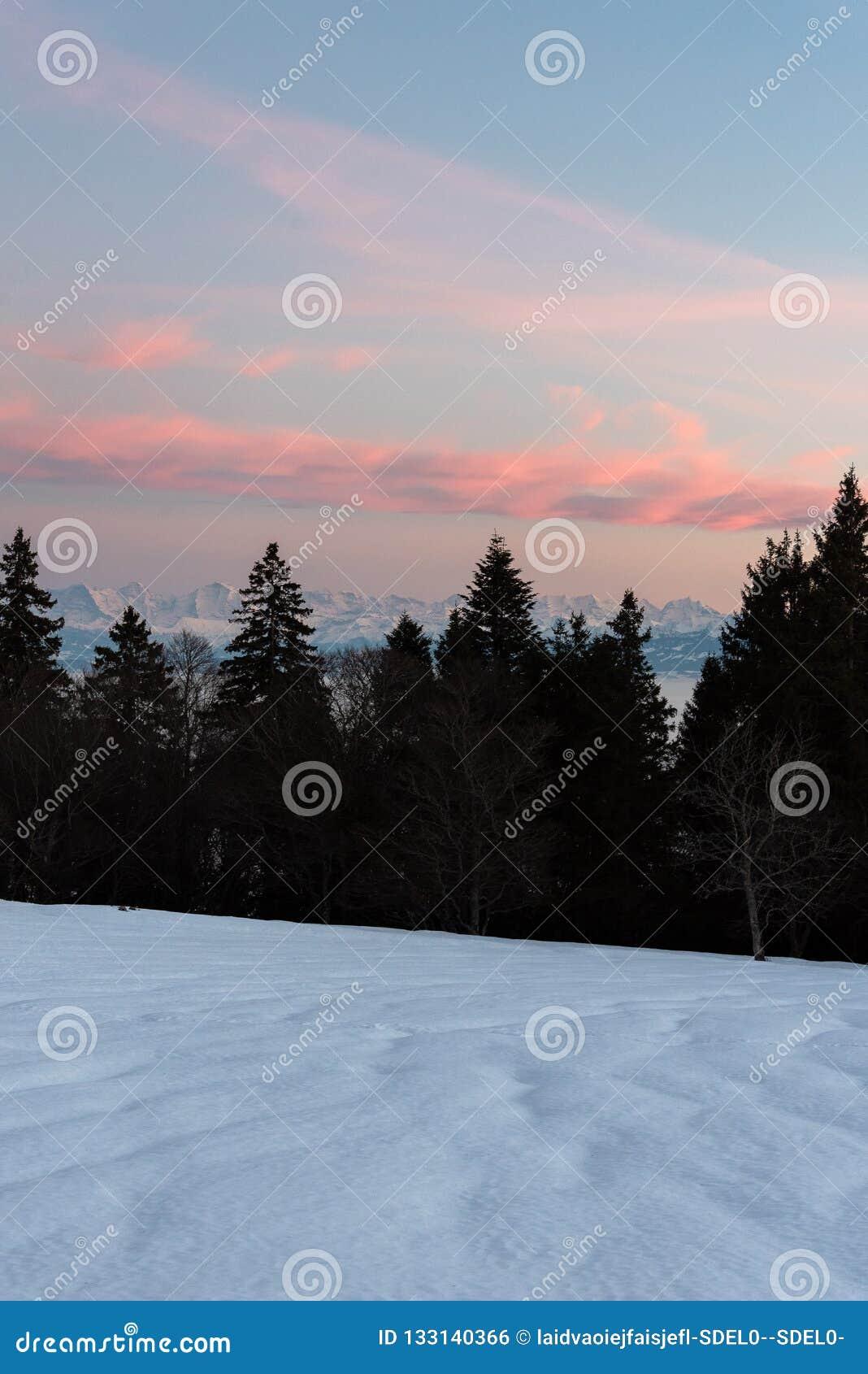 Puesta del sol hermosa en las montañas