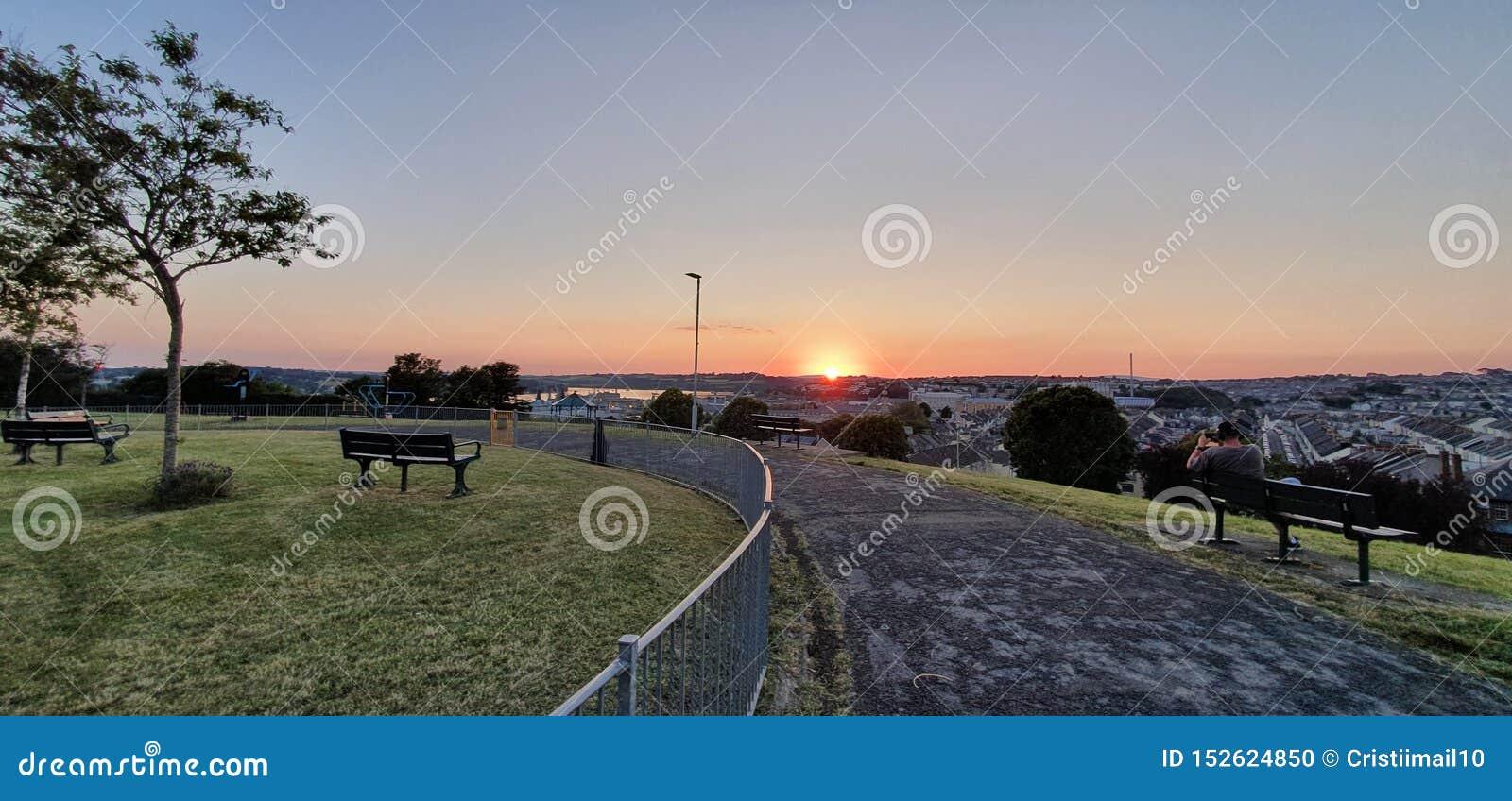 Puesta del sol hermosa en mi ciudad
