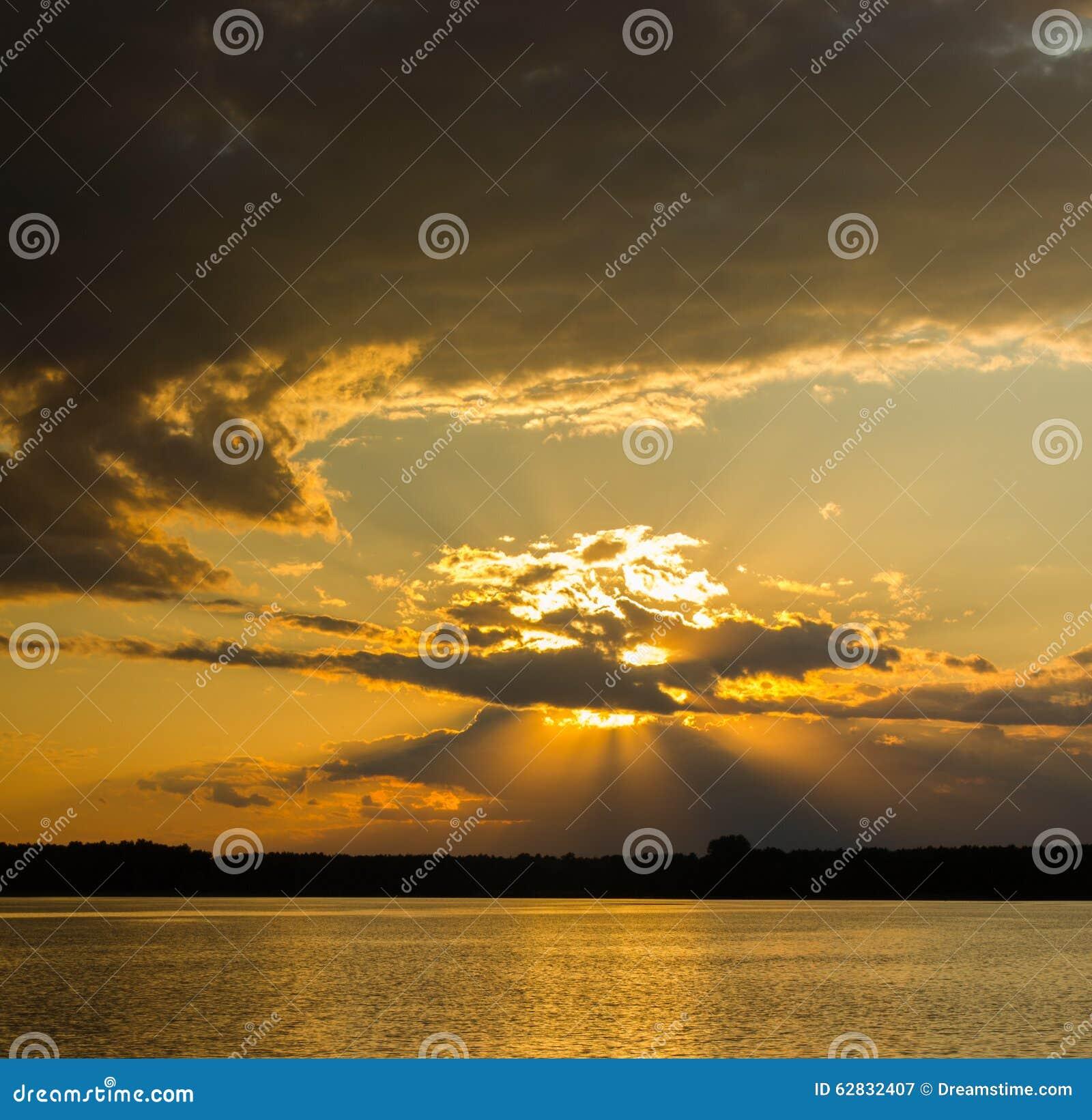 Puesta del sol hermosa en nubes